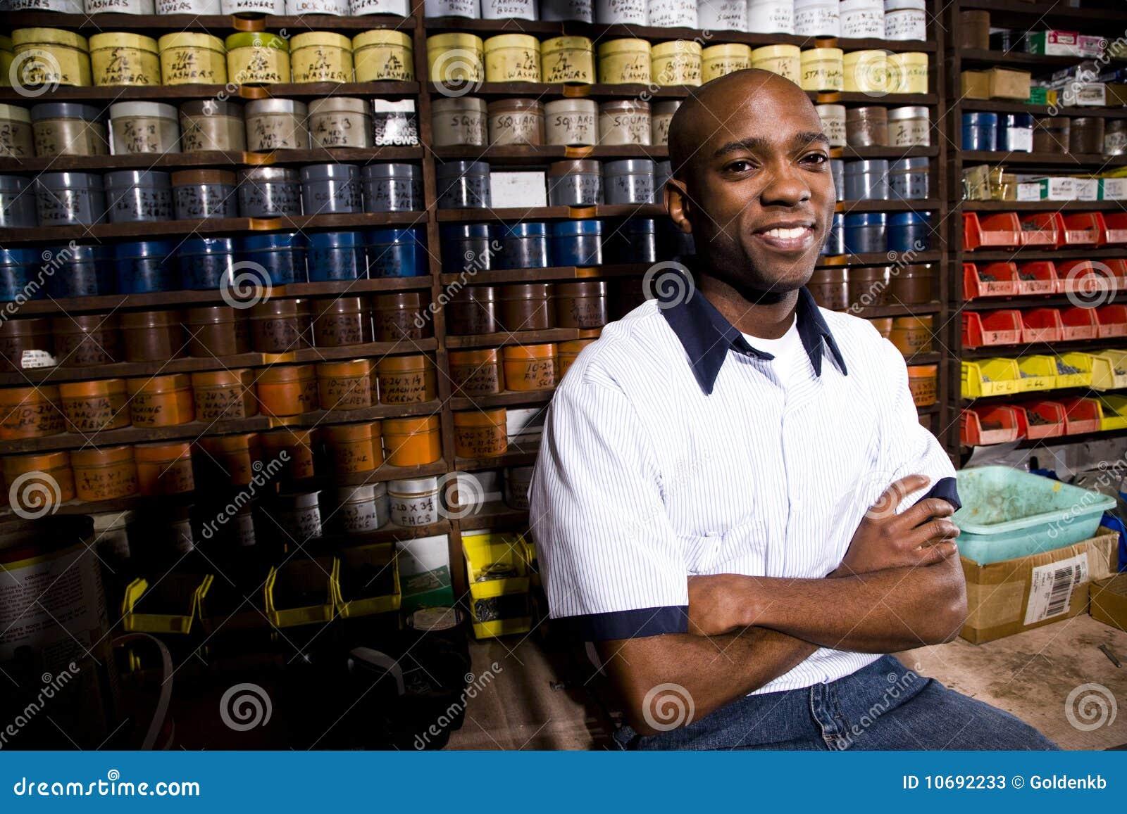 Ouvrier dans le magasin d estampes
