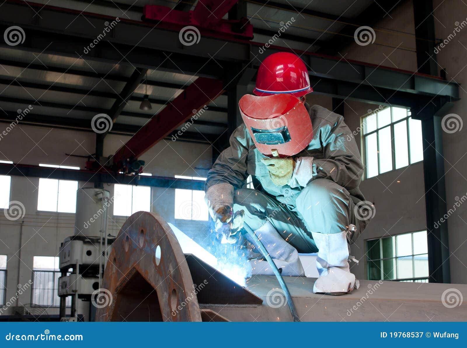 Ouvrier soudant un trellis en métal à
