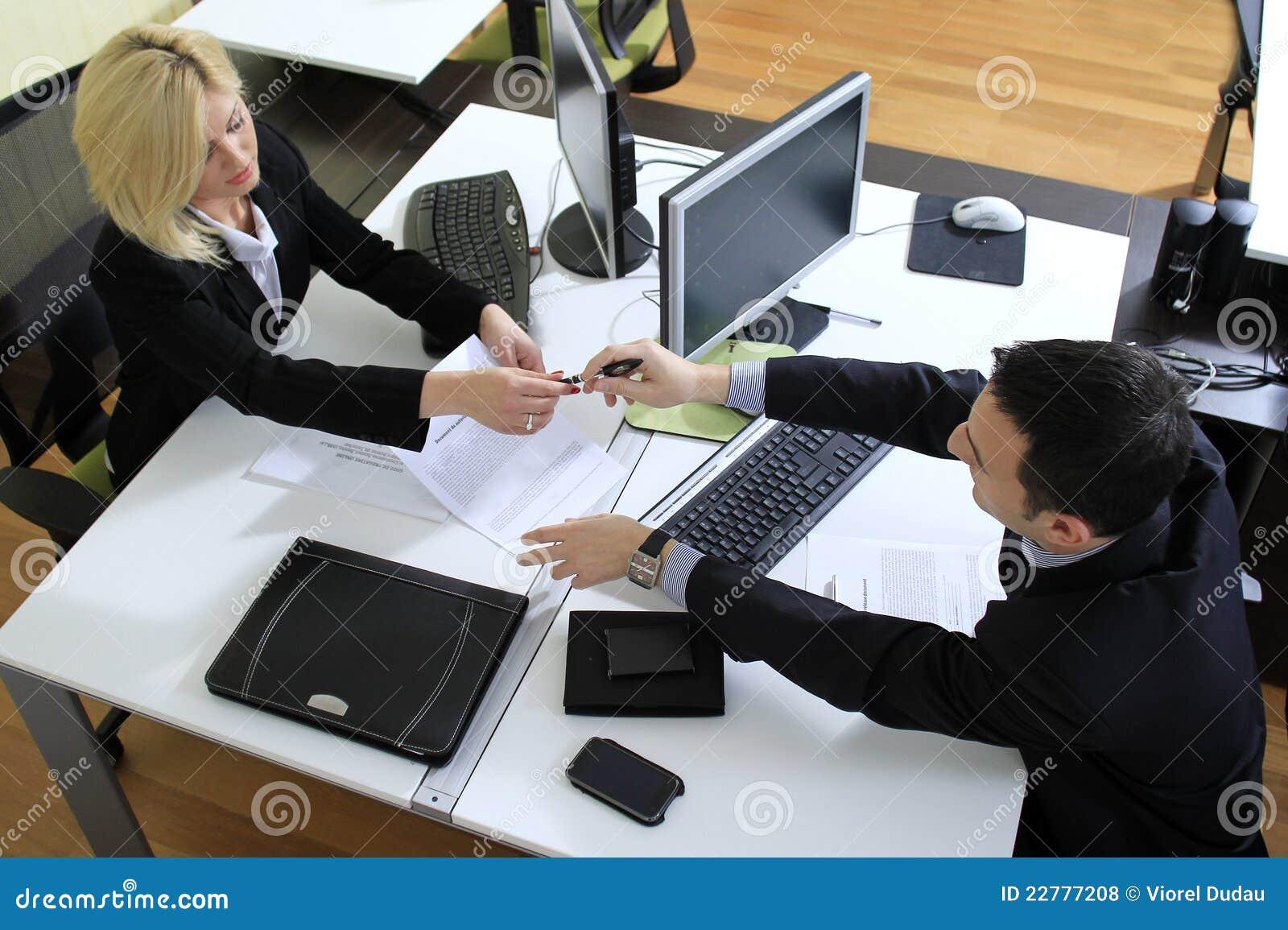 Ouvriers dans le bureau