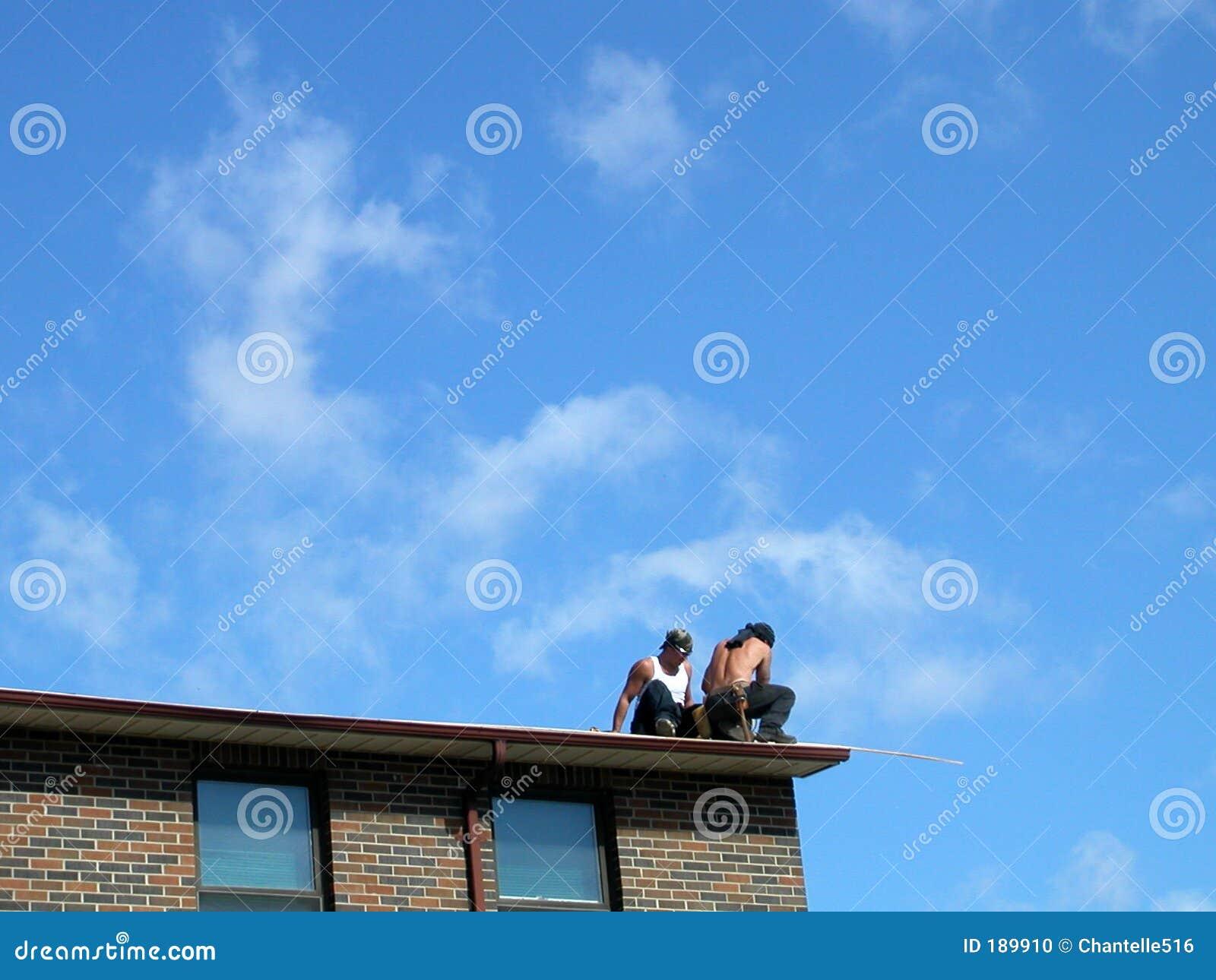 Ouvriers sur le toit