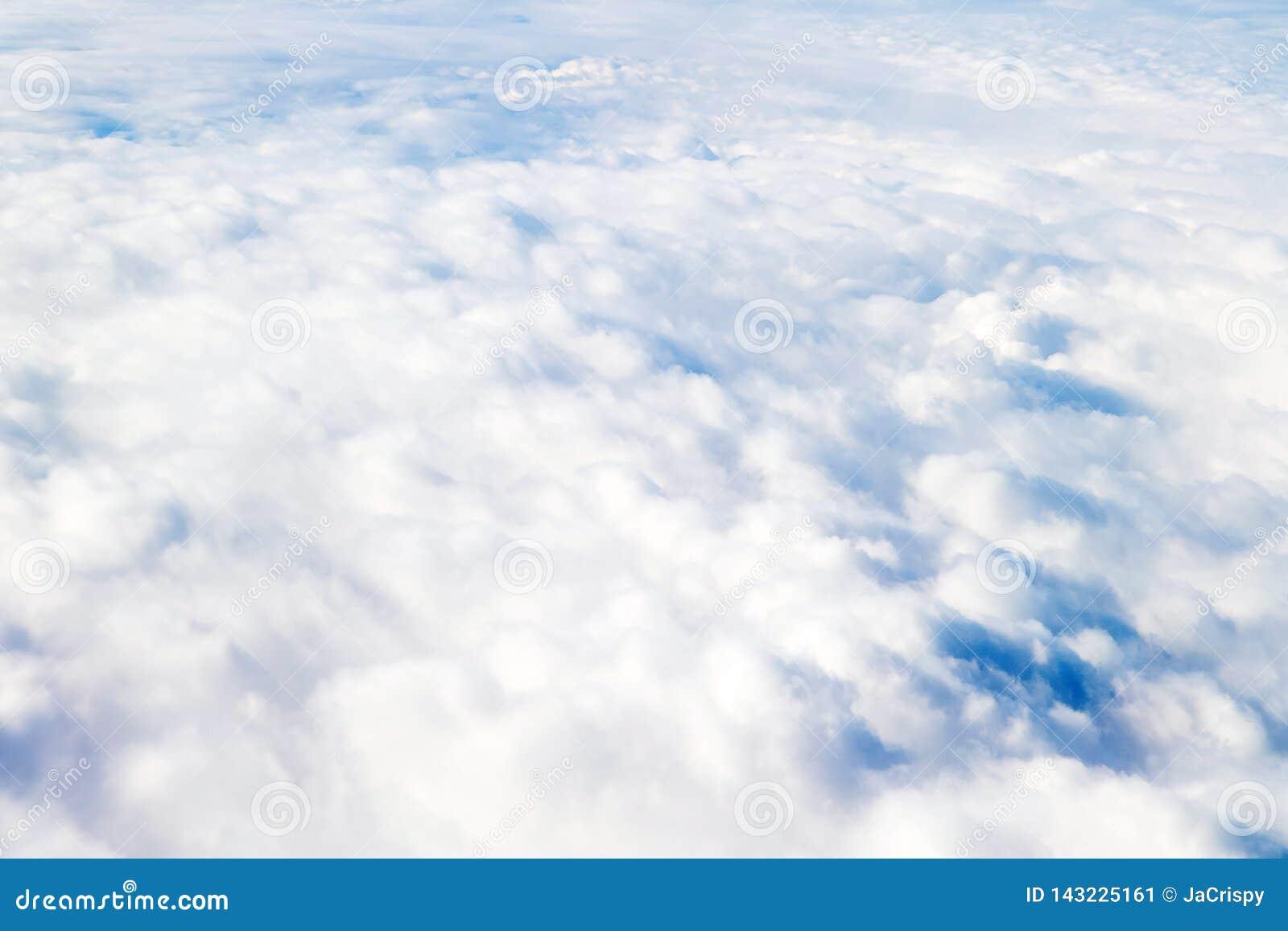 Ovanför att flyga för oklarheter Solig sikt från flygplanet, mjuk fokus