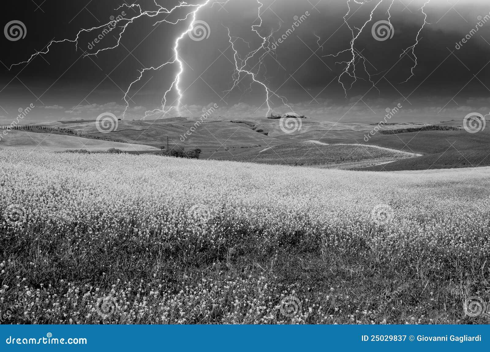 Ovanför tuscan för tid för ängfjäder stormigt väder