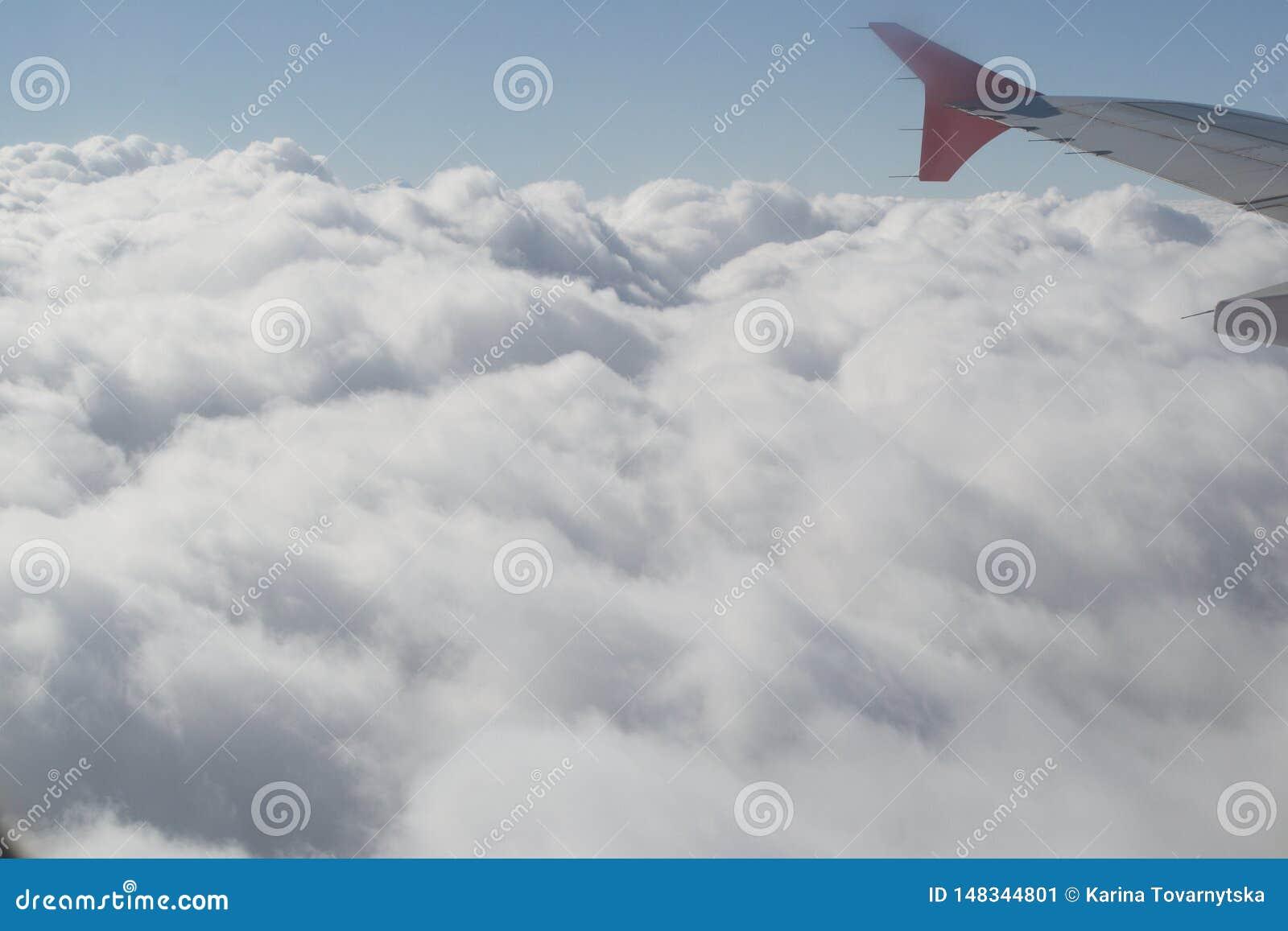 Ovanf?r oklarheter Fantastisk bakgrund med moln