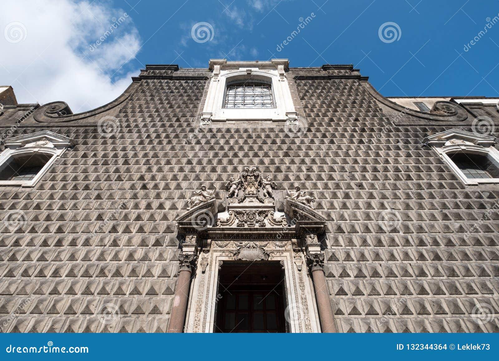 Ovanlig stenhuggeriarbete på den främre fasaden av kyrkan av Gesà ¹ Nuovo, Chiesa del Gesà ¹ Nuovo, Naples Italien