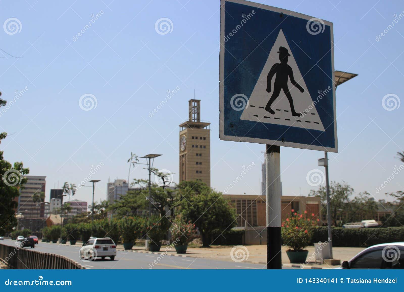 Ovanligt afrikanskt övergångsställetecken på den Nairobi gatan