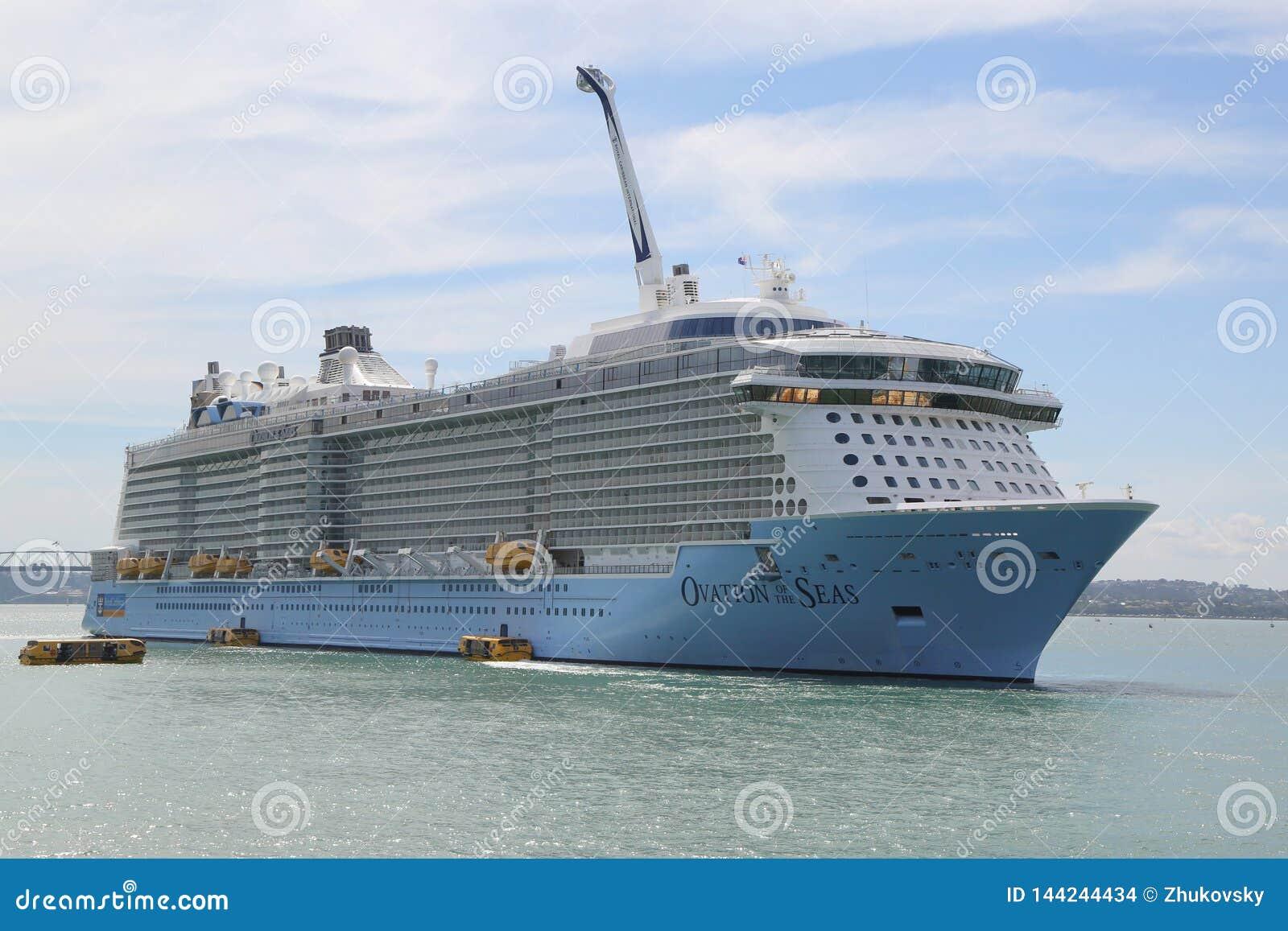 Ovation för Royal Caribbean kryssningskepp av haven i den Auckland hamnen