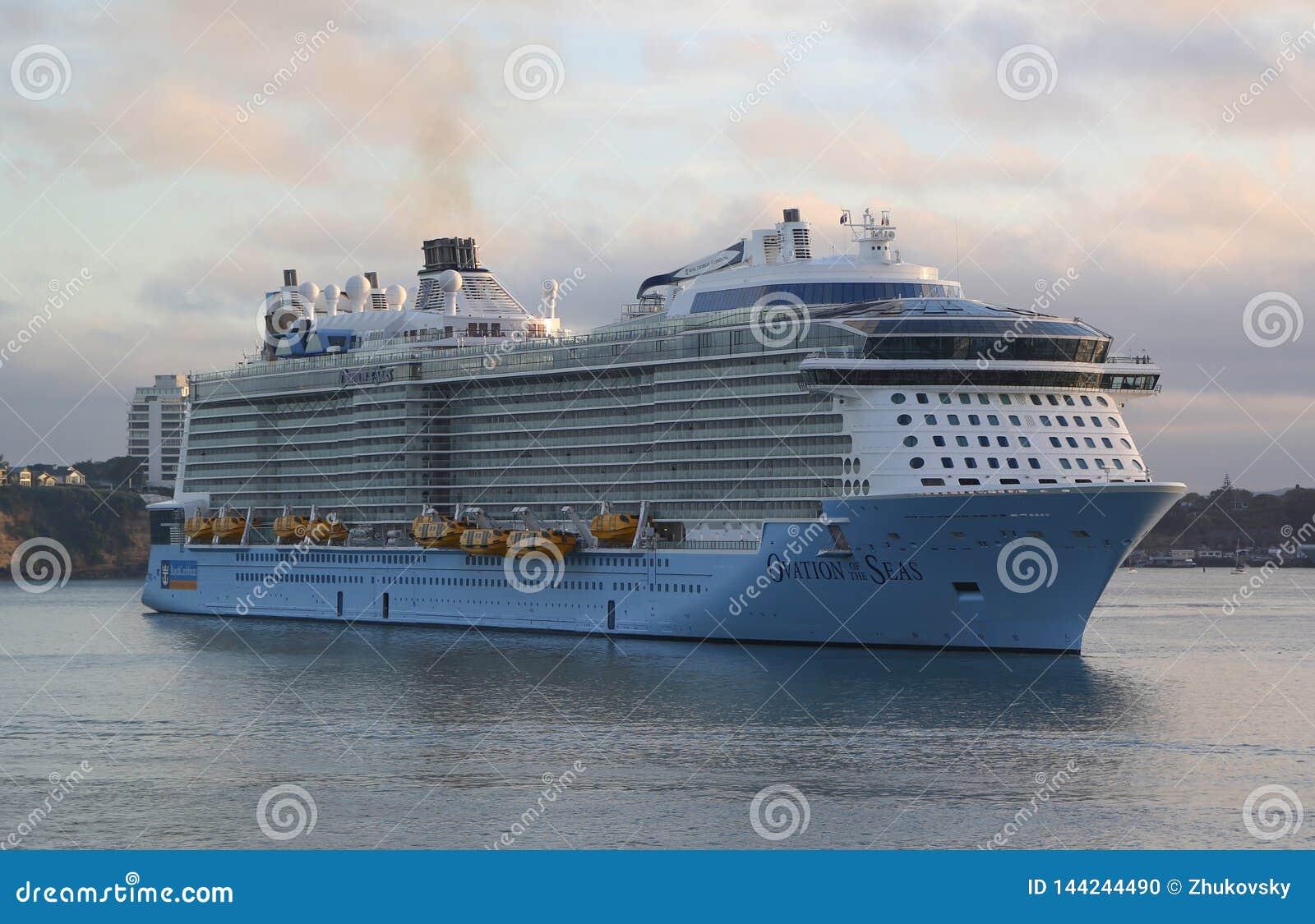 Ovation f?r Royal Caribbean kryssningskepp av haven i den Auckland hamnen