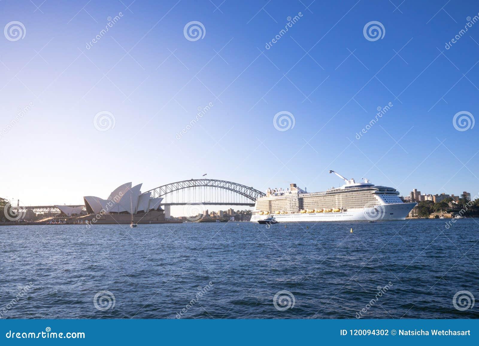 Ovationen av haven, det största kryssningskeppet som baseras i Austra