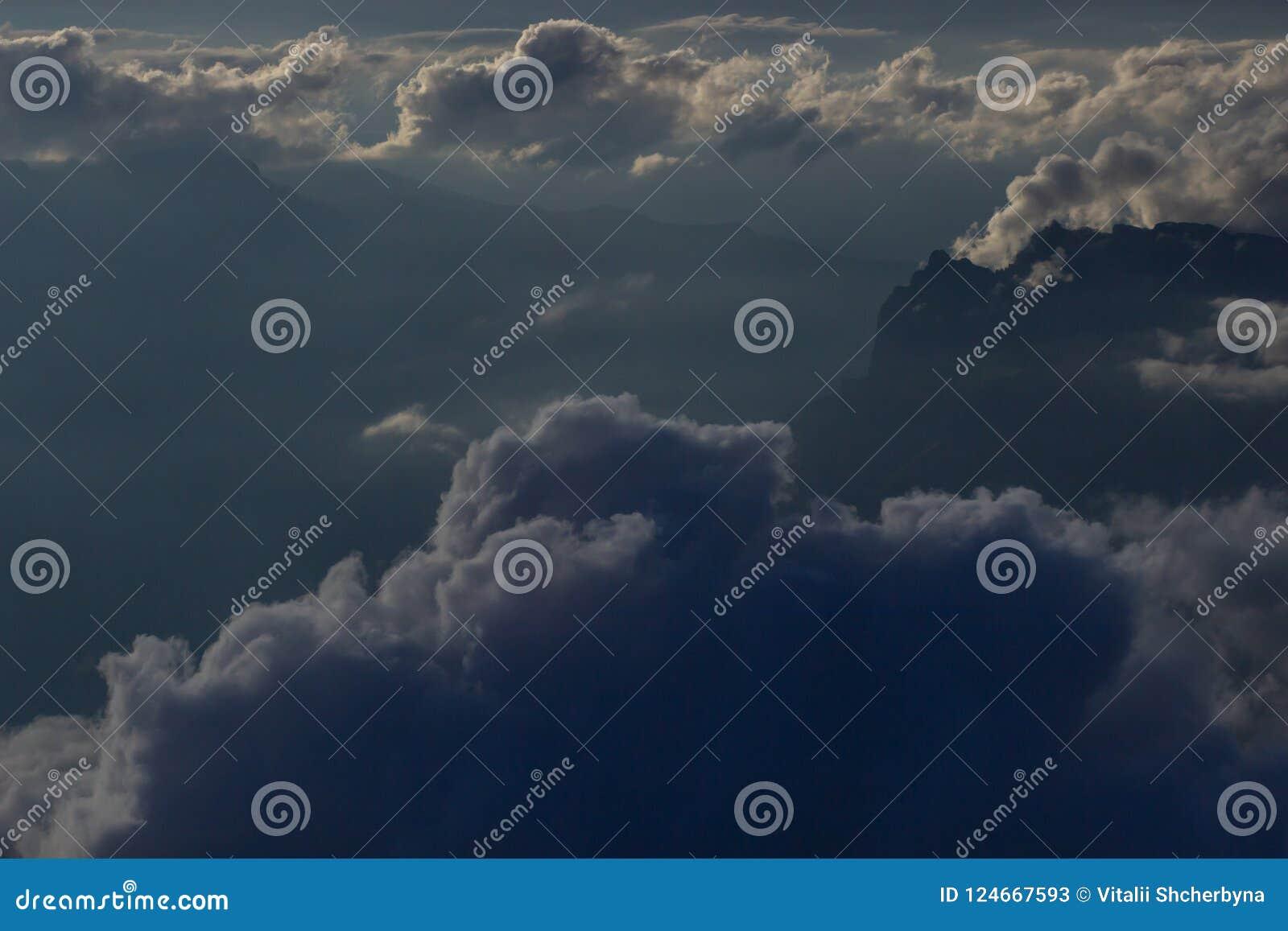 Over de wolken Fantastische achtergrond met wolken en bergpieken