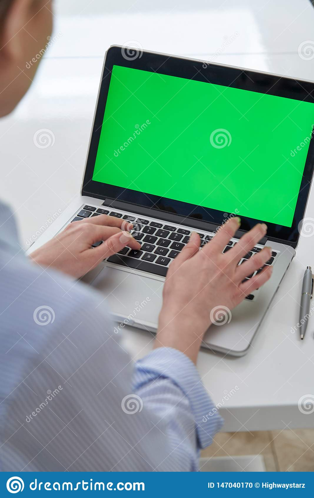 Over The Shoulder Weergeven van Laptop van Onderneemsterusing green screen in Bureau