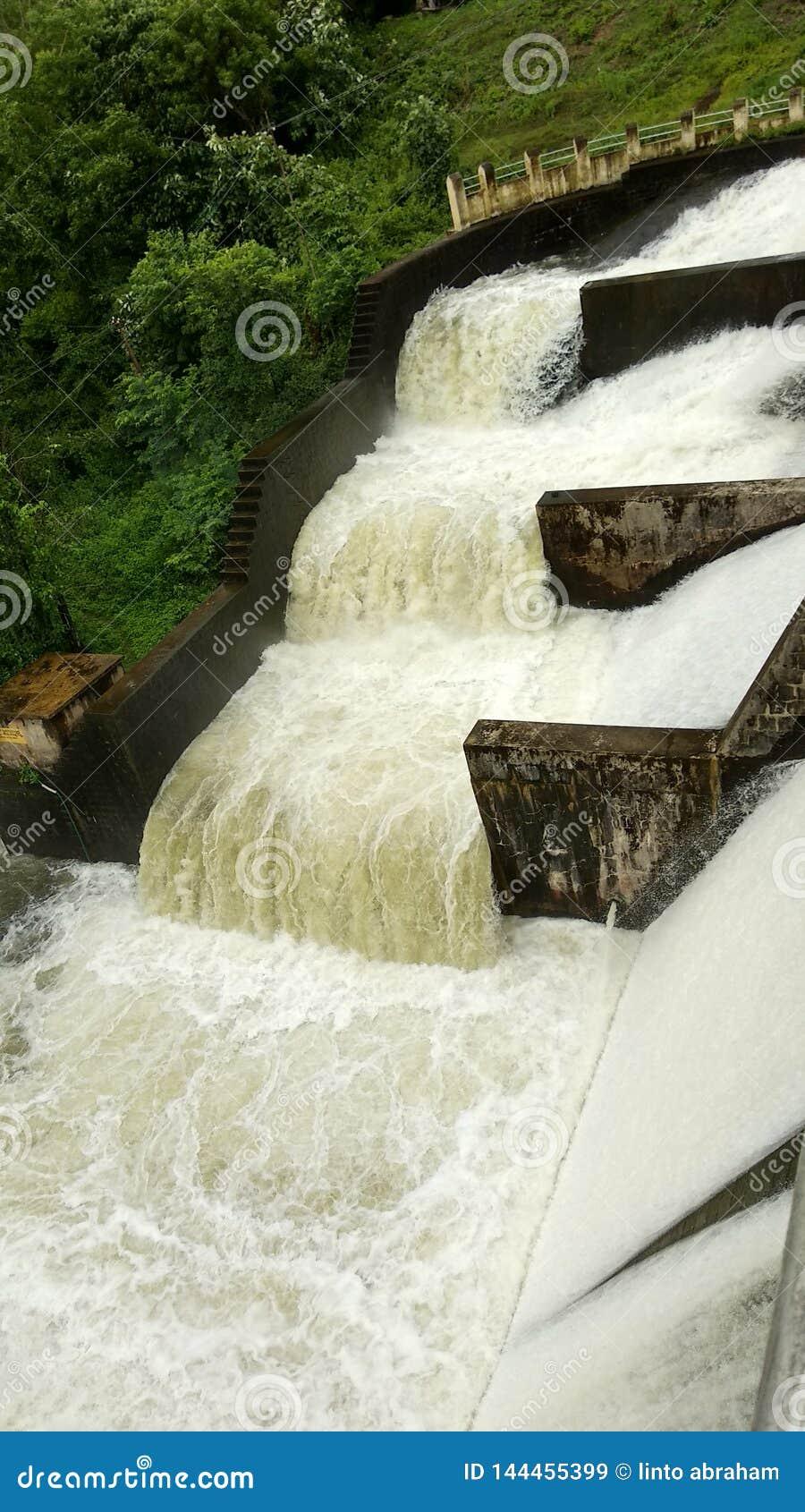 Over stroom van water op een dam