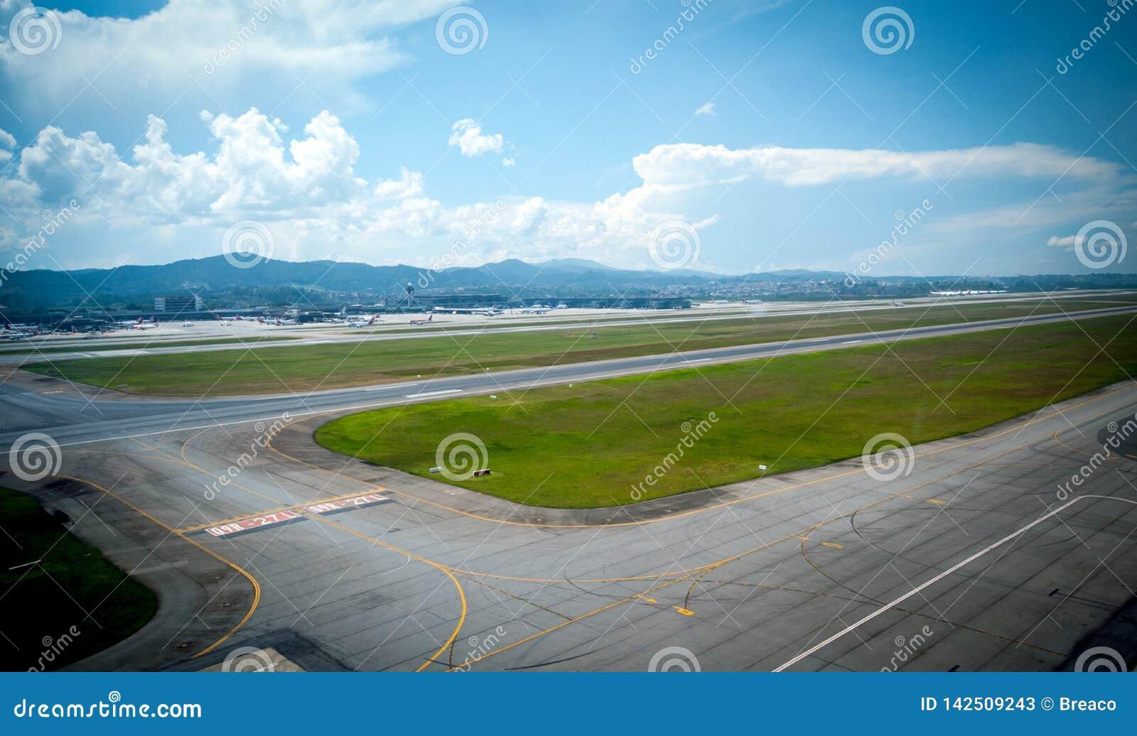 Overflight no aeroporto dos congonhas do helicóptero de São Paulo Brazil