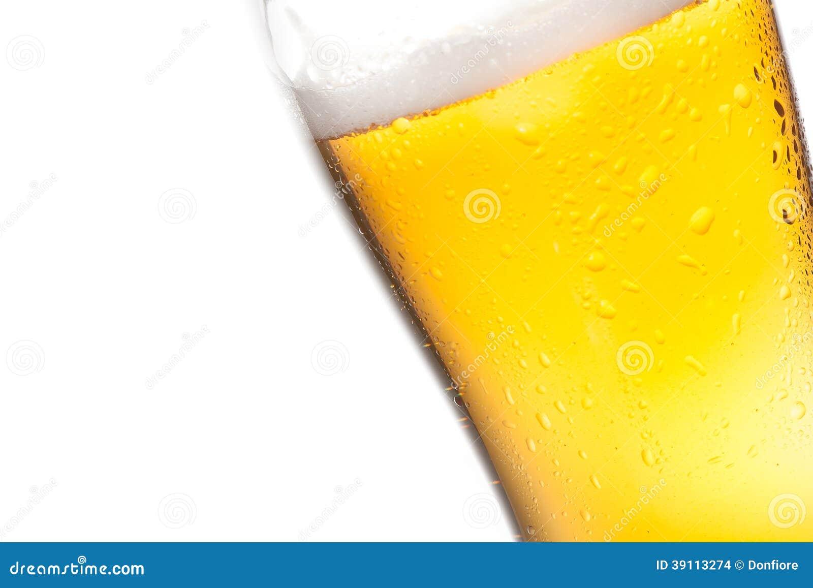 Overgeheld glas bier en dalingen op witte achtergrond