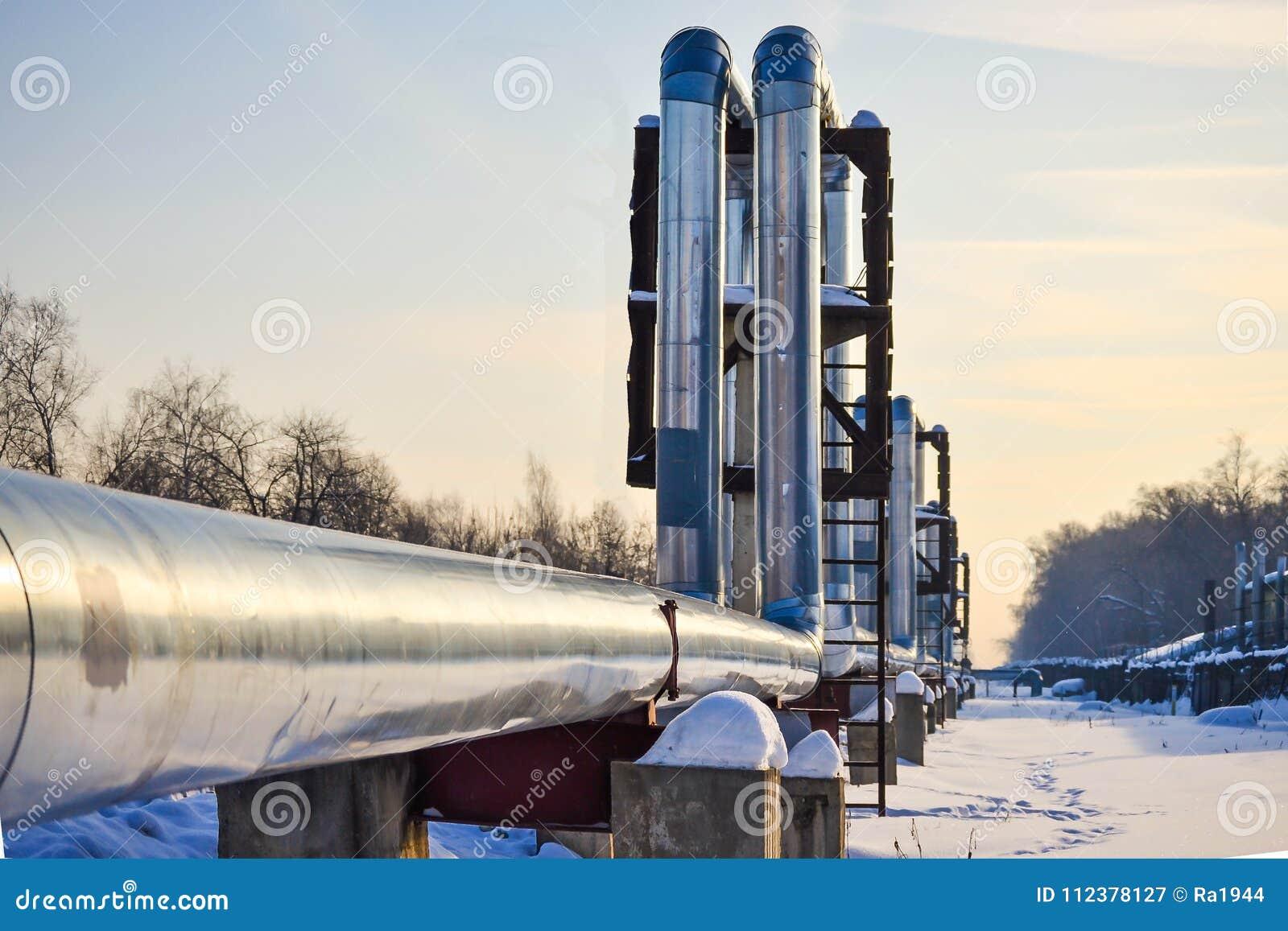 Overground värmerör Ovannämnd jordning för rörledning som för värme för att värma staden Vinter snow