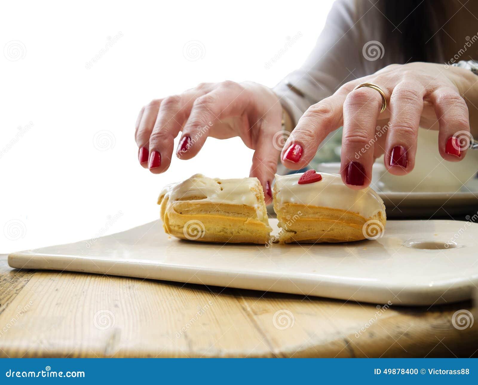 Overhandigt een Cake