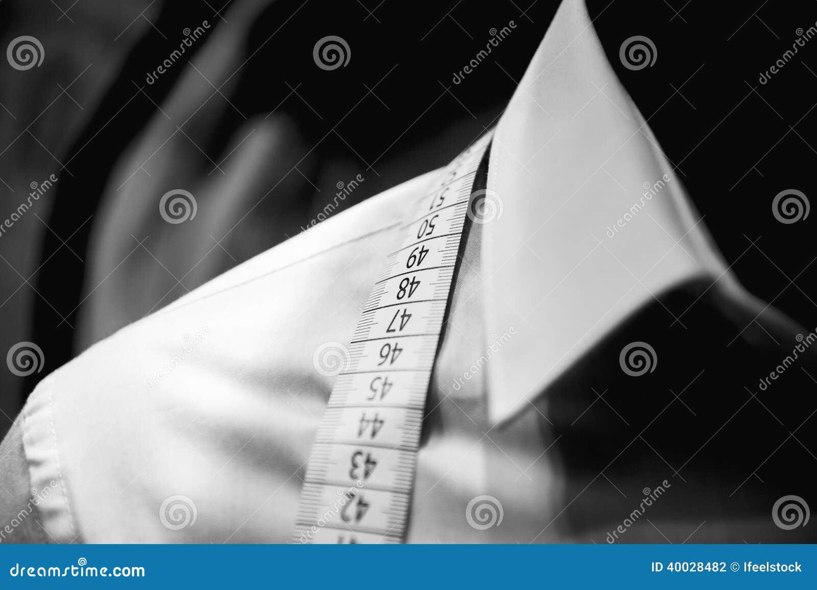 Overhemd het maken in kleermakerswinkel