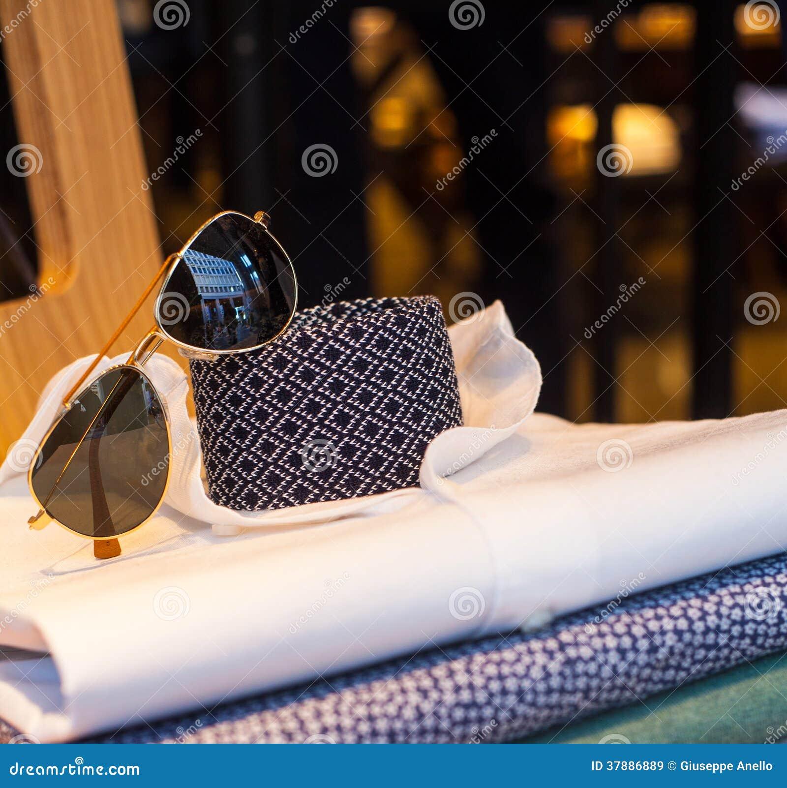 Overhemden, stropdas en schaduwen