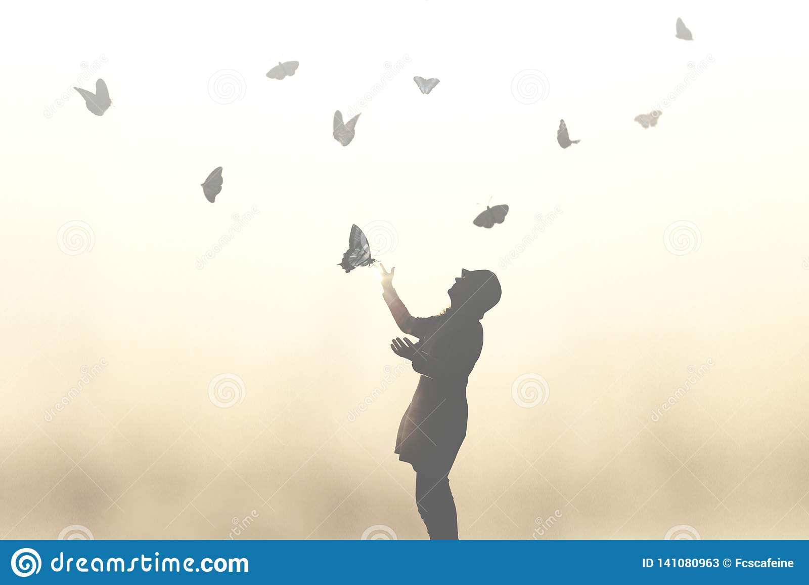Overkligt ögonblick av en kvinnadans med fjärilar