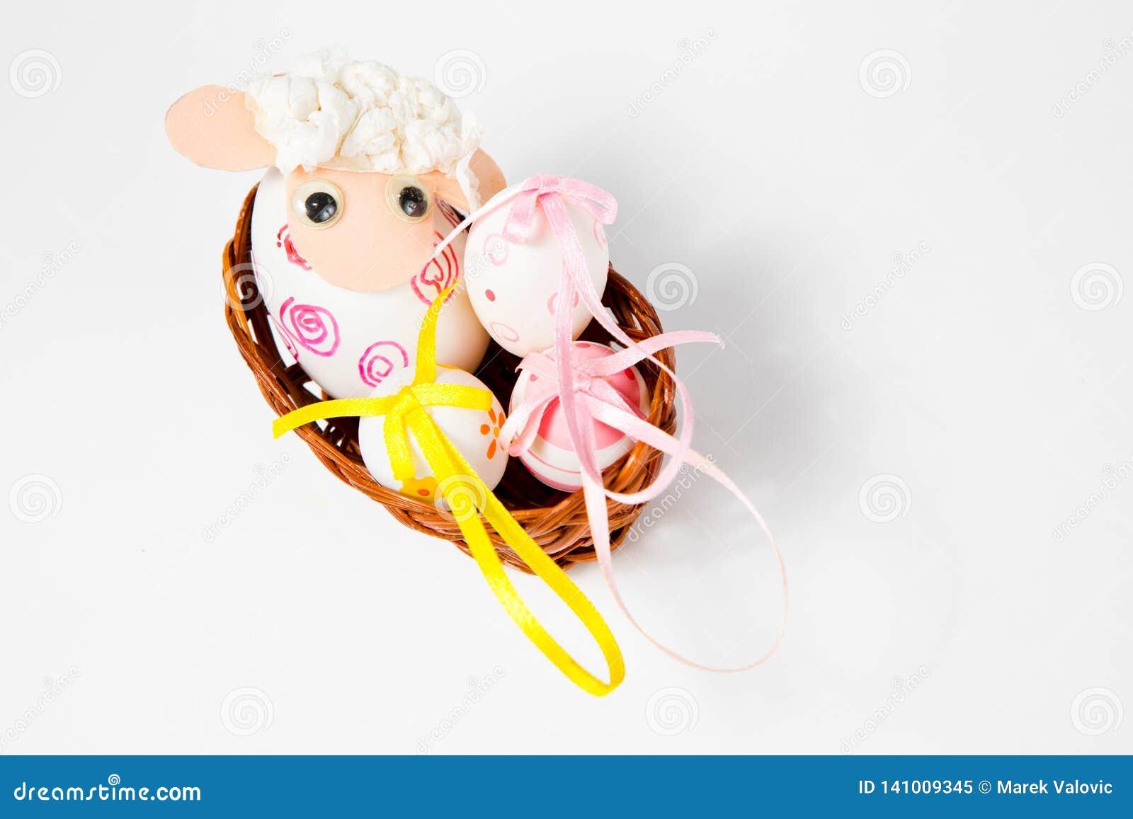 Overladen eierschalen als schip - lam in het nest - hand - maakte Pasen-decoratie