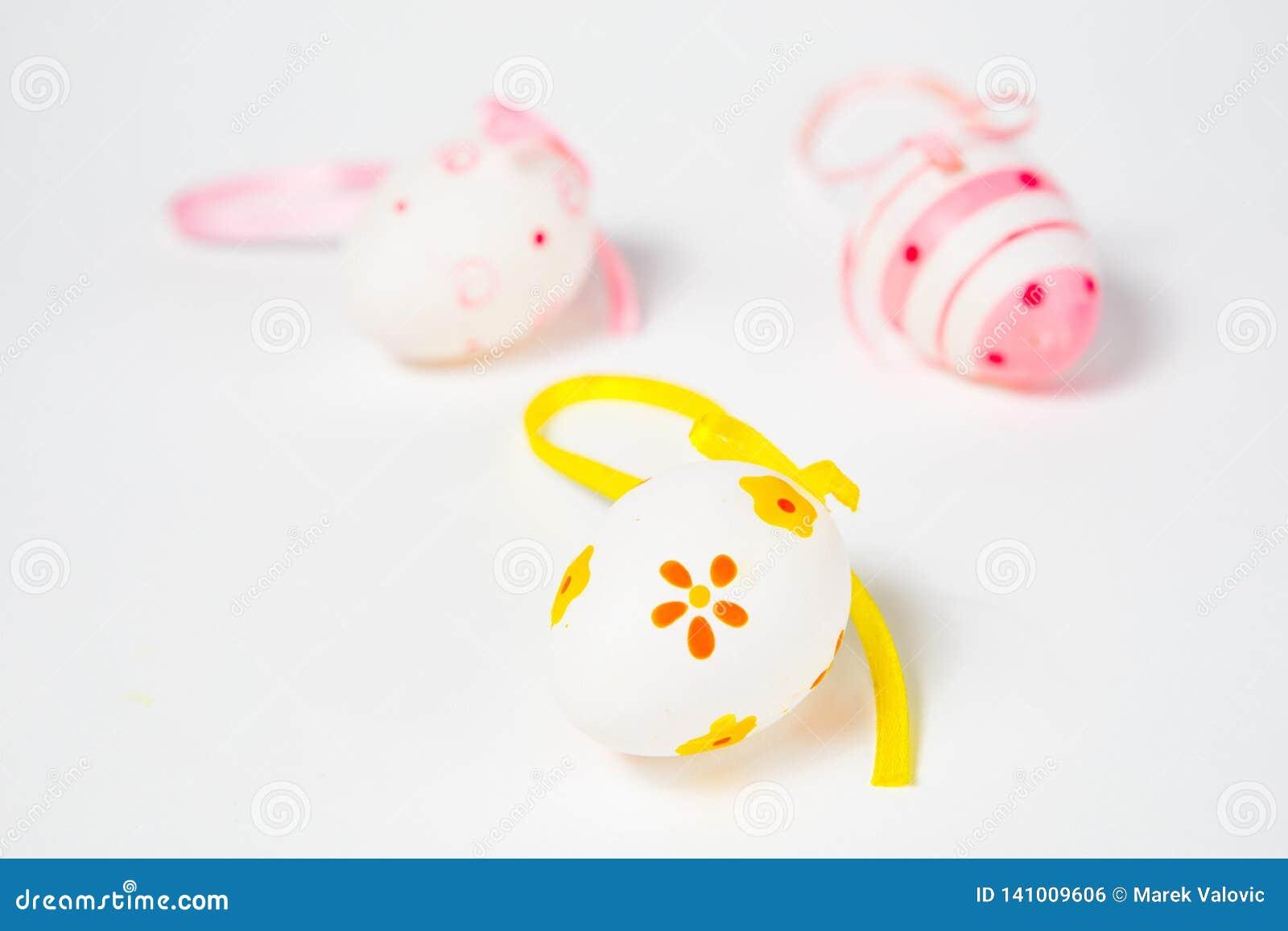 Overladen eierschalen met lint - hand - gemaakte Pasen-decoratie