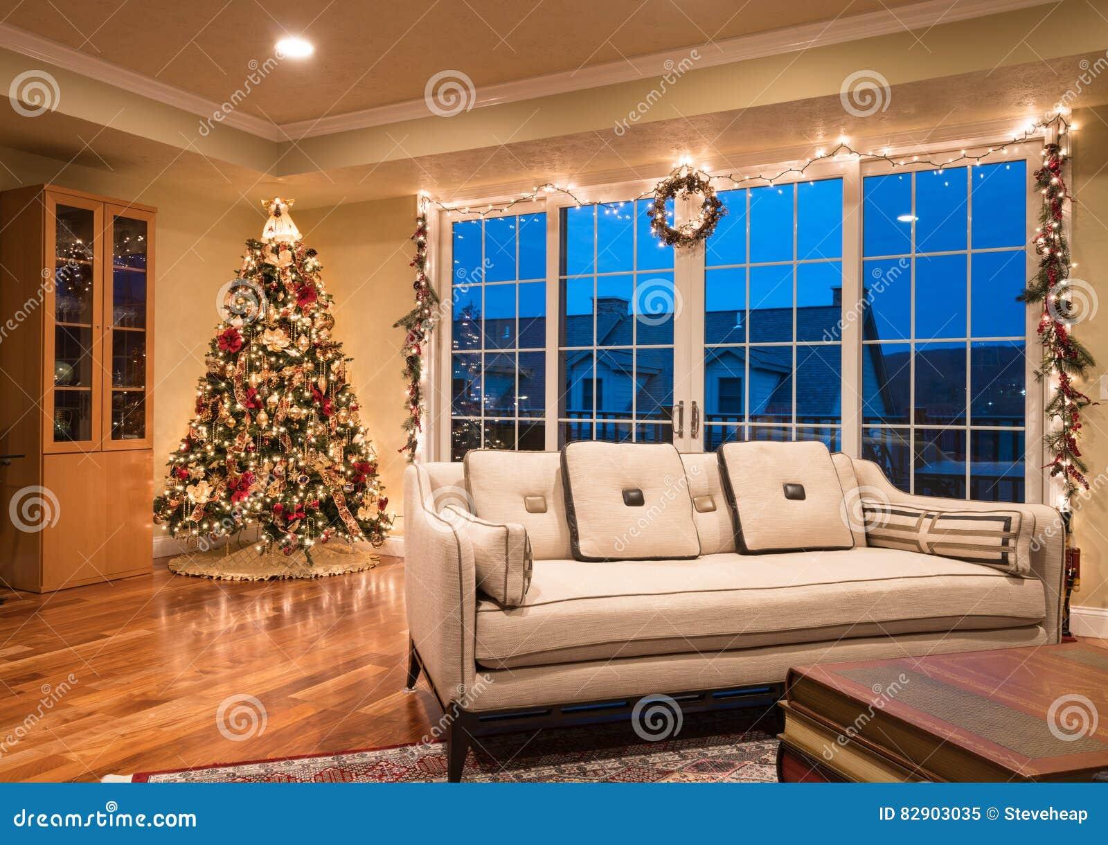 Overladen kerstboom in hoek van modern huis stock afbeelding afbeelding 82903035 - Foto modern huis ...