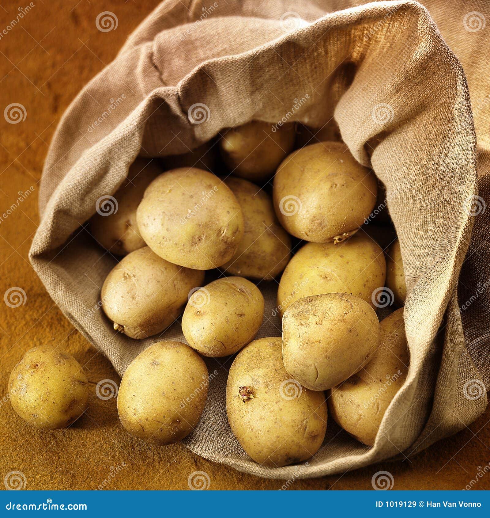 Overlopende zak van potatos