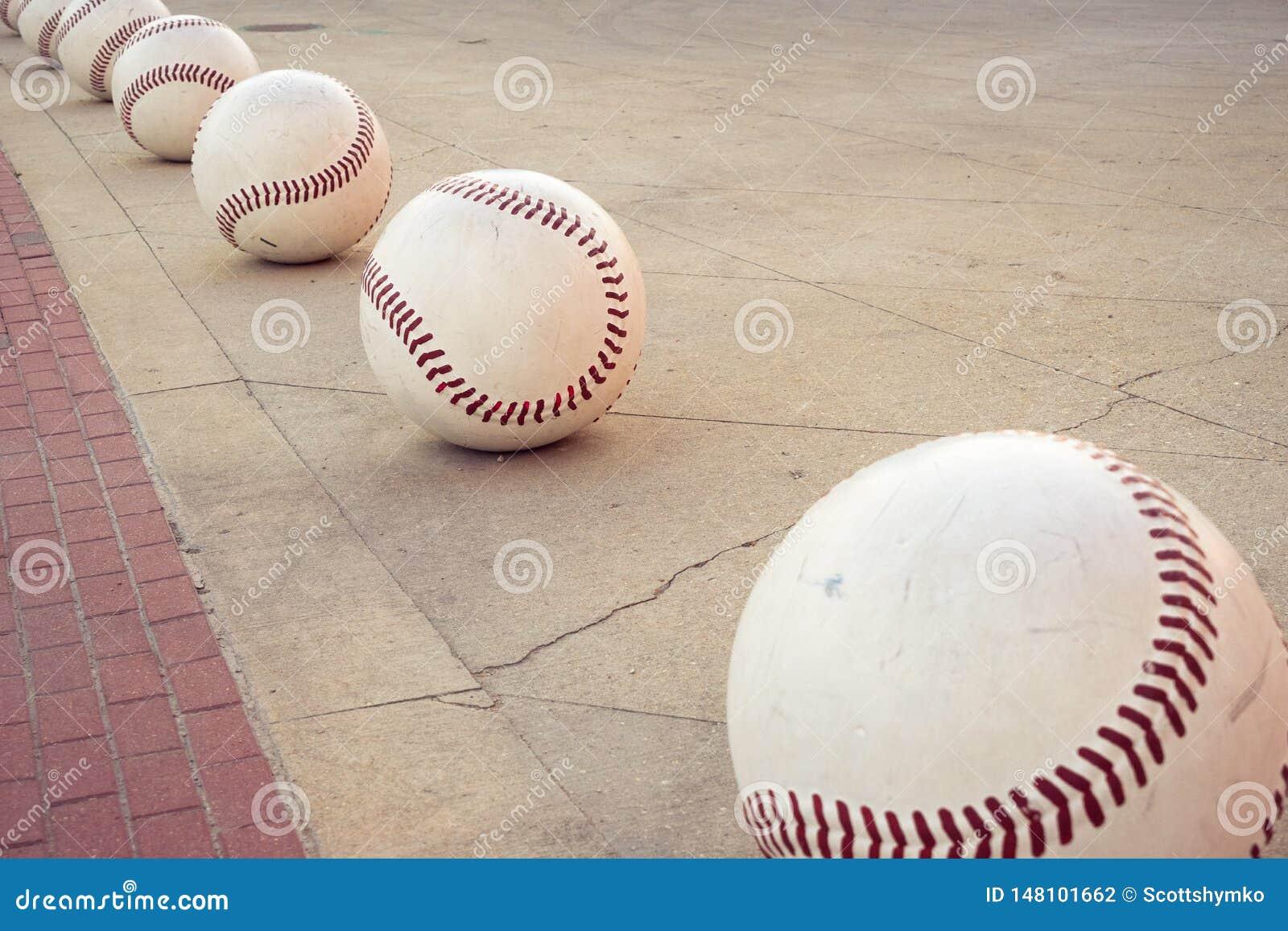 Overmaatse decoratieve baseballs vormen een weg langs een stoep