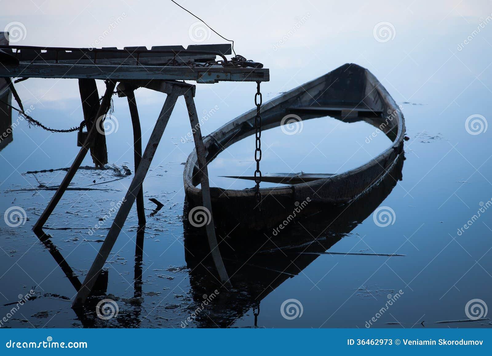 Overstroomde boot op de werf