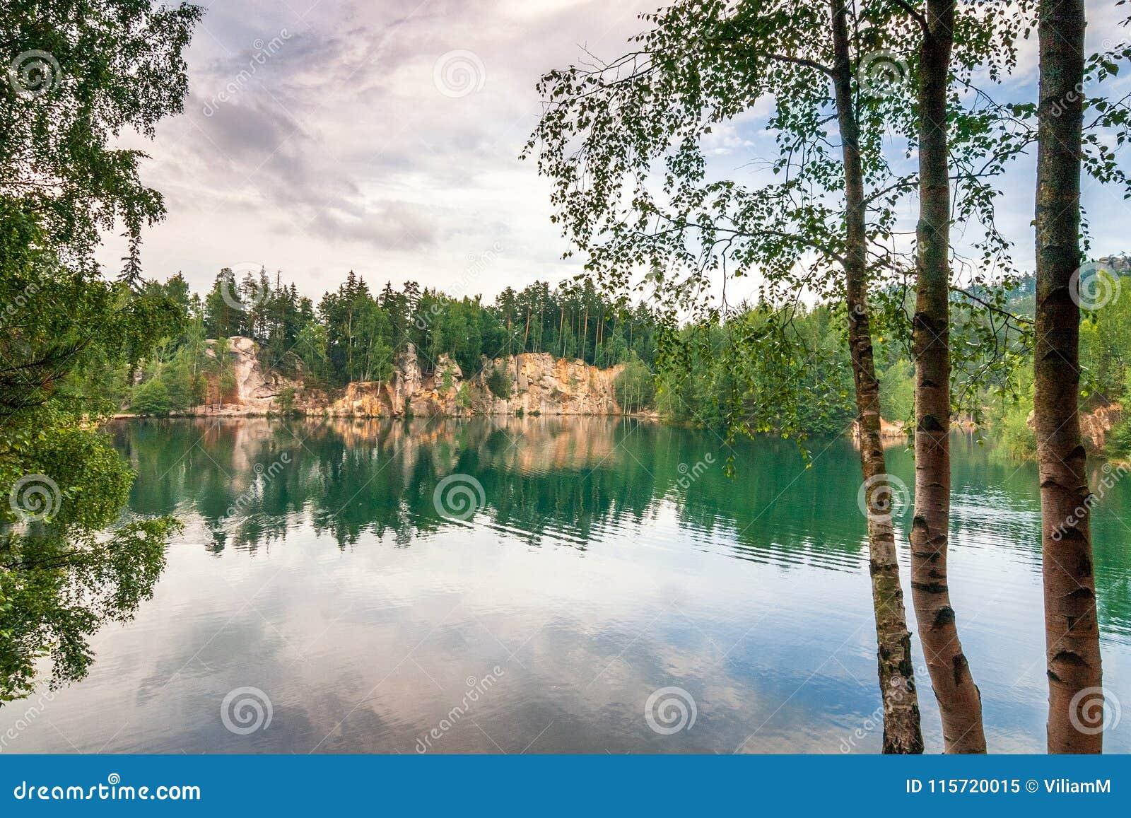 Overstroomde zandsteensteengroeve in het natuurreservaat Adrspach