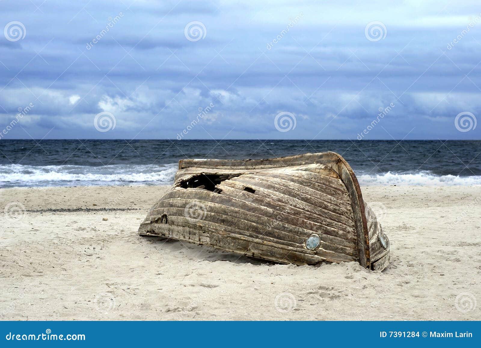 лодка перевернутая картина