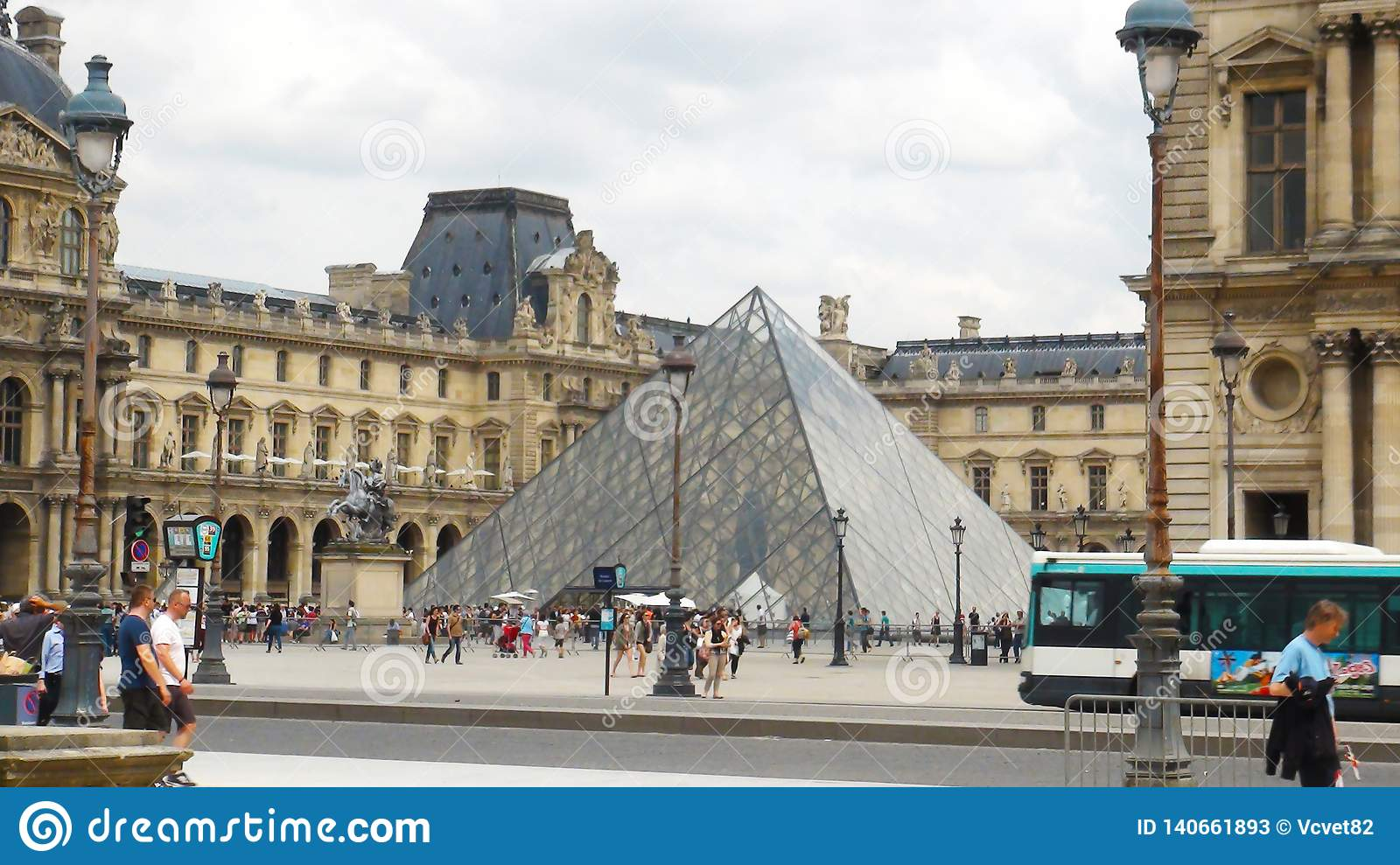 Overview to Louvre museum