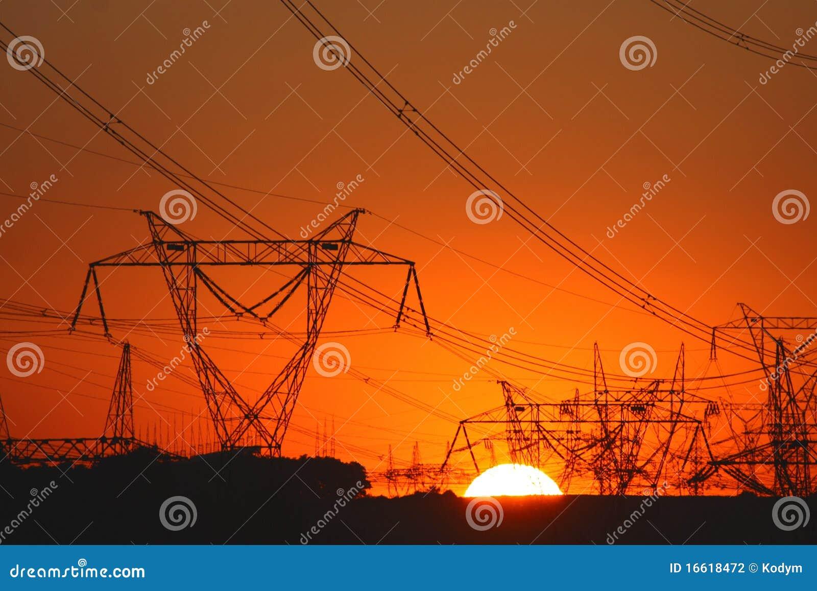 Overvloed van transmissietorens in zonsonderganglicht