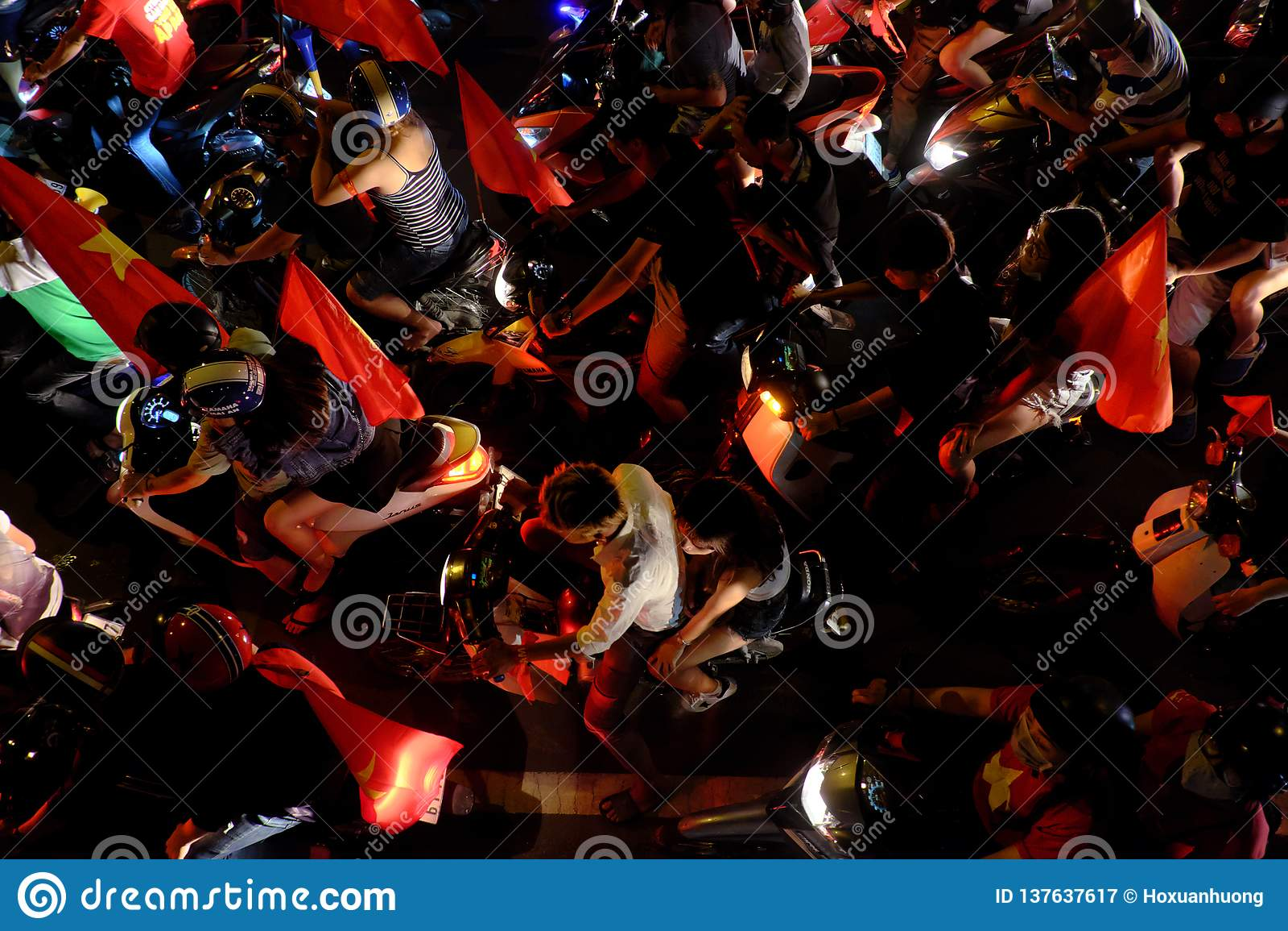 Overvolle Vietnamese straat bij nacht, de motoren van de jongerenrit in opstopping