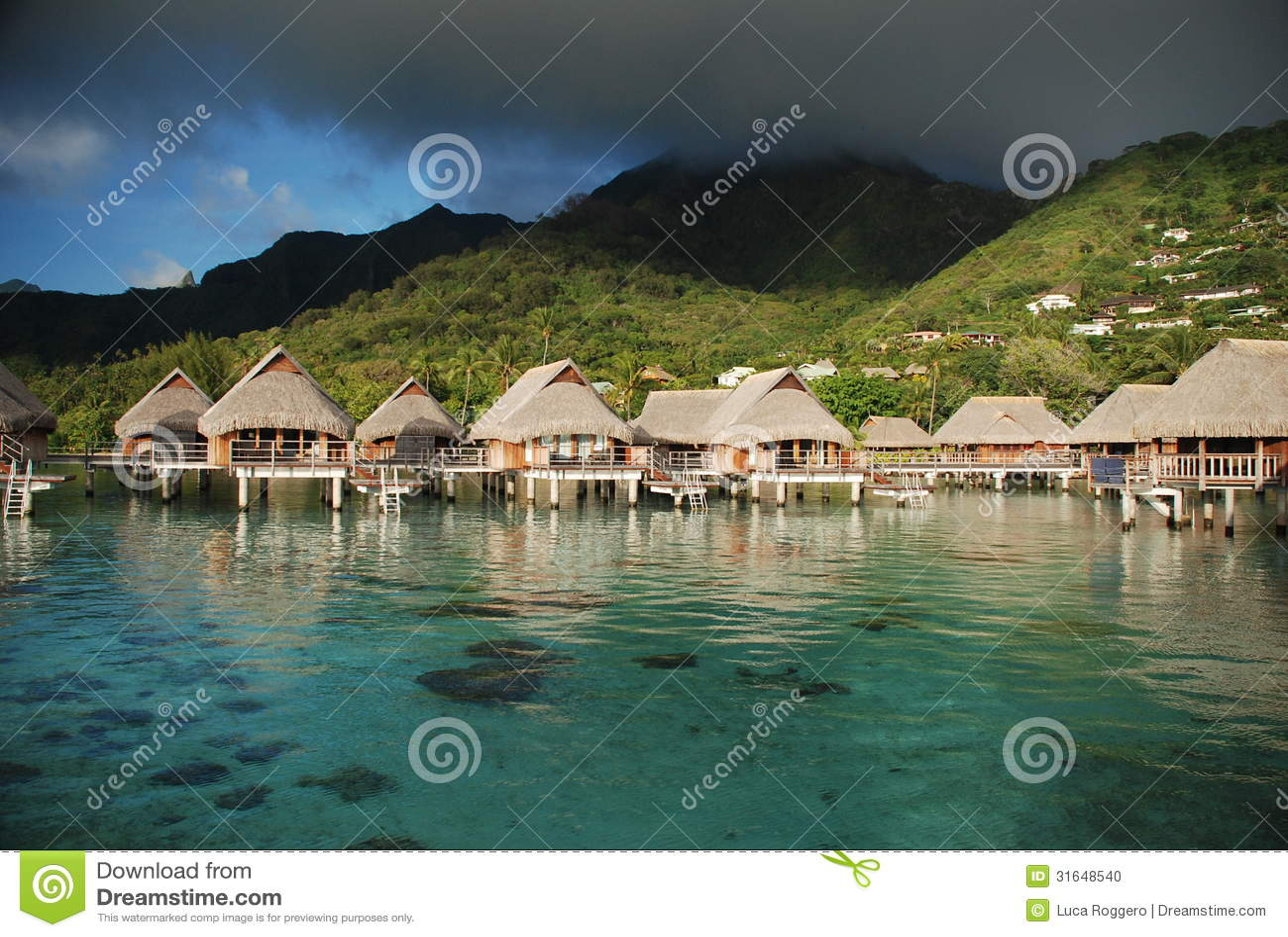 Overwater bungalower. Moorea franska Polynesien