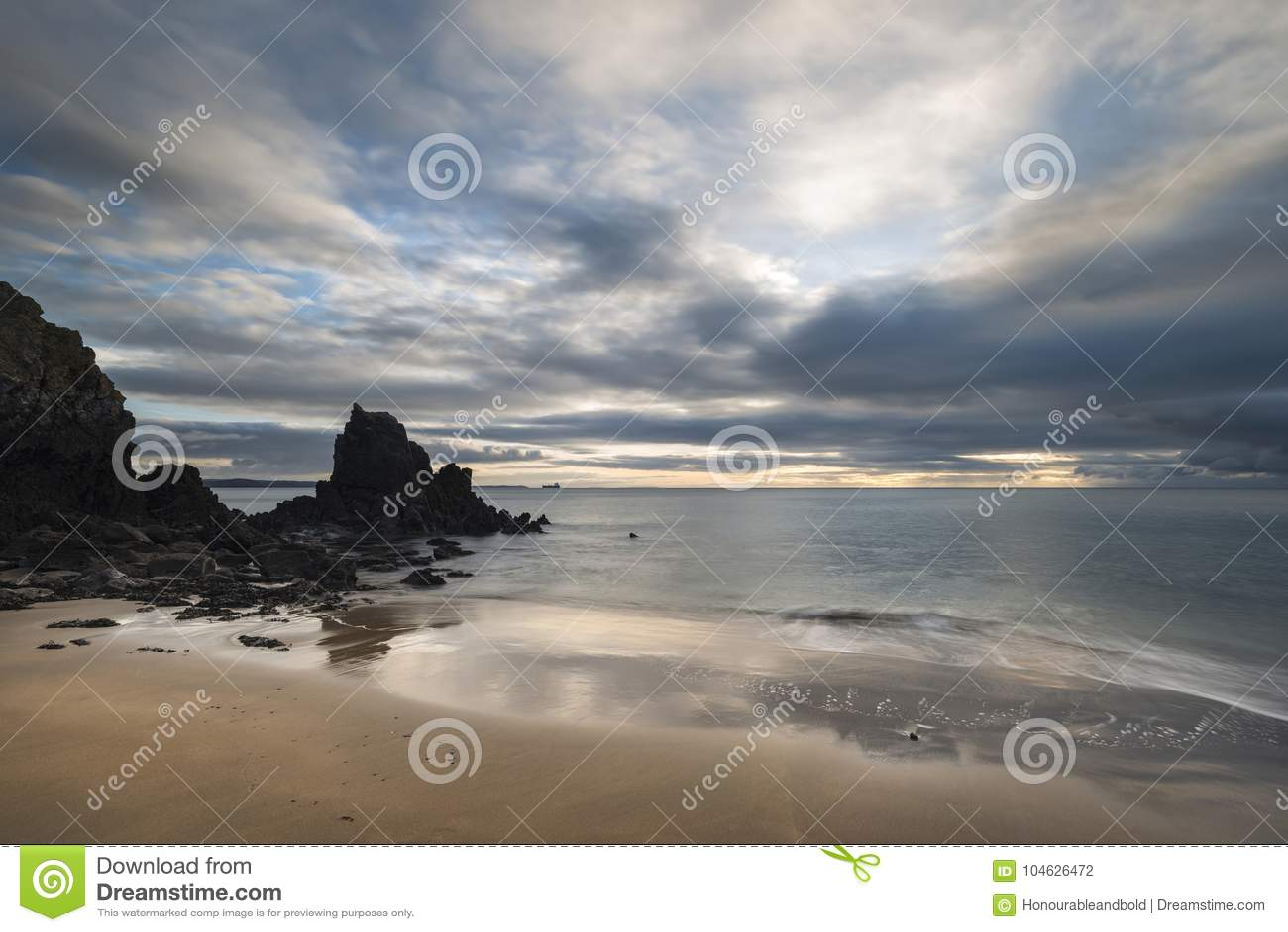 Download Overweldigend, Het Trillende Beeld Van Het Zonsopganglandschap Van Barafundle-Baai Op P Stock Foto - Afbeelding bestaande uit kust, klippen: 104626472