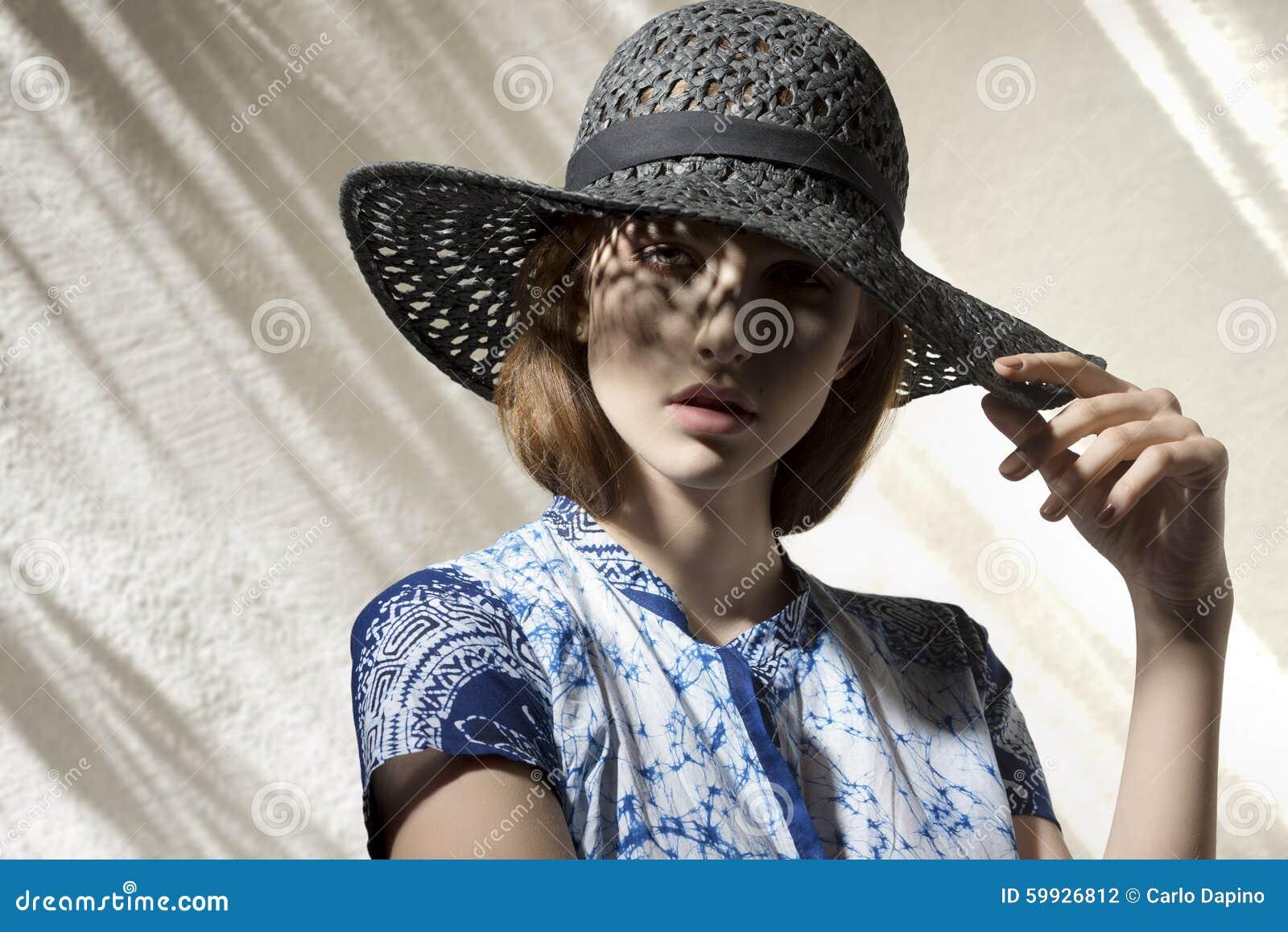 Overweldigend meisje met hoed