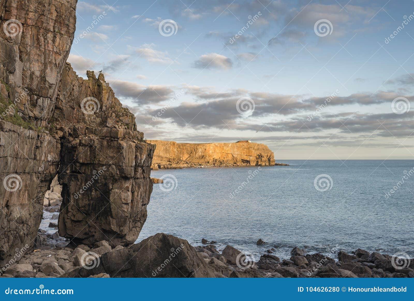 Download Overweldigend Trillend Landschapsbeeld Van Klippen Rond St Govan ` S Hea Stock Foto - Afbeelding bestaande uit schemer, motie: 104626280