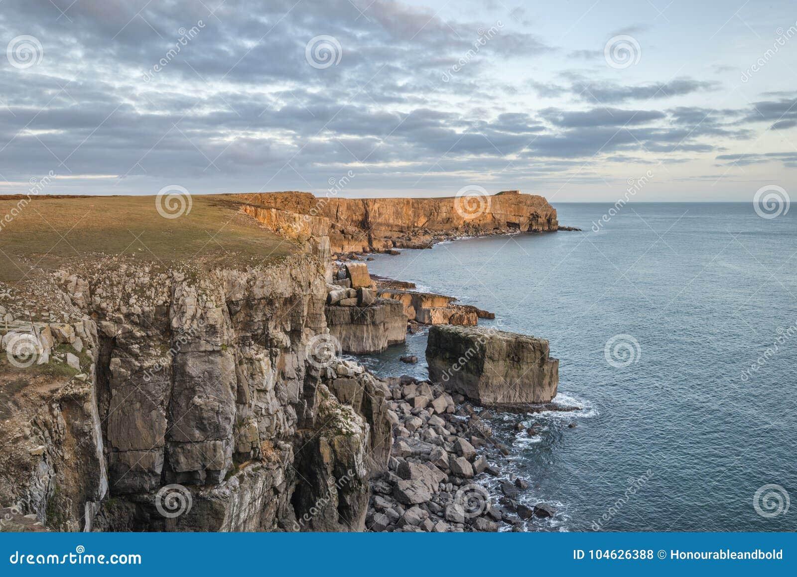 Download Overweldigend Trillend Landschapsbeeld Van Klippen Rond St Govan ` S Hea Stock Foto - Afbeelding bestaande uit naughty, kleurrijk: 104626388