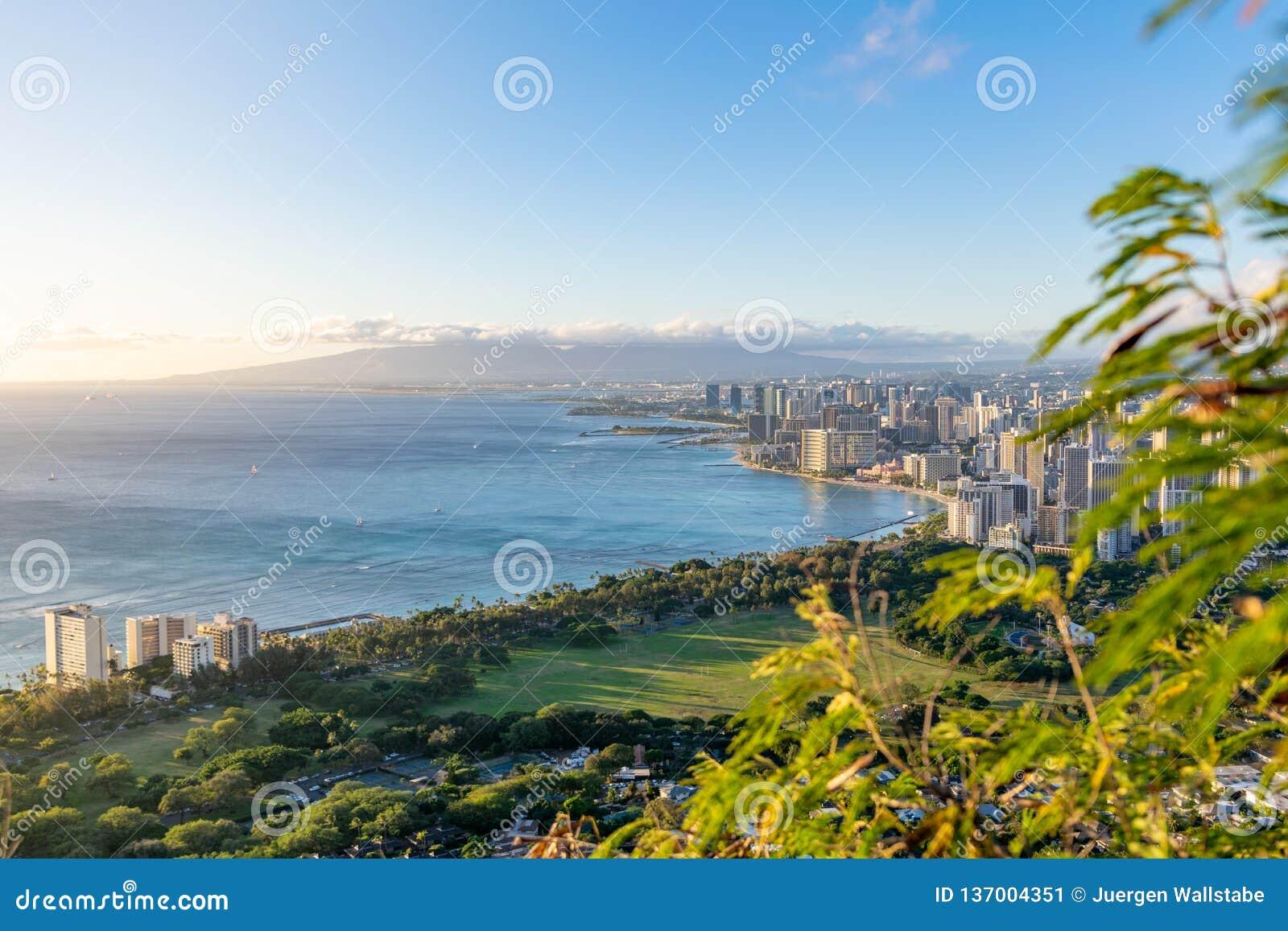 Overweldigende die mening van het Strand van Honolulu en Waikiki-van de top van Diamond Head Crater, Oahu, Hawaï wordt gezien Moo
