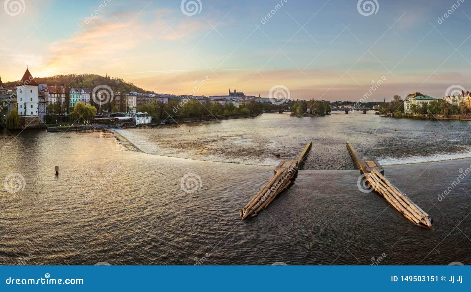 Overweldigende mening van de Moldava-Rivier in Praag