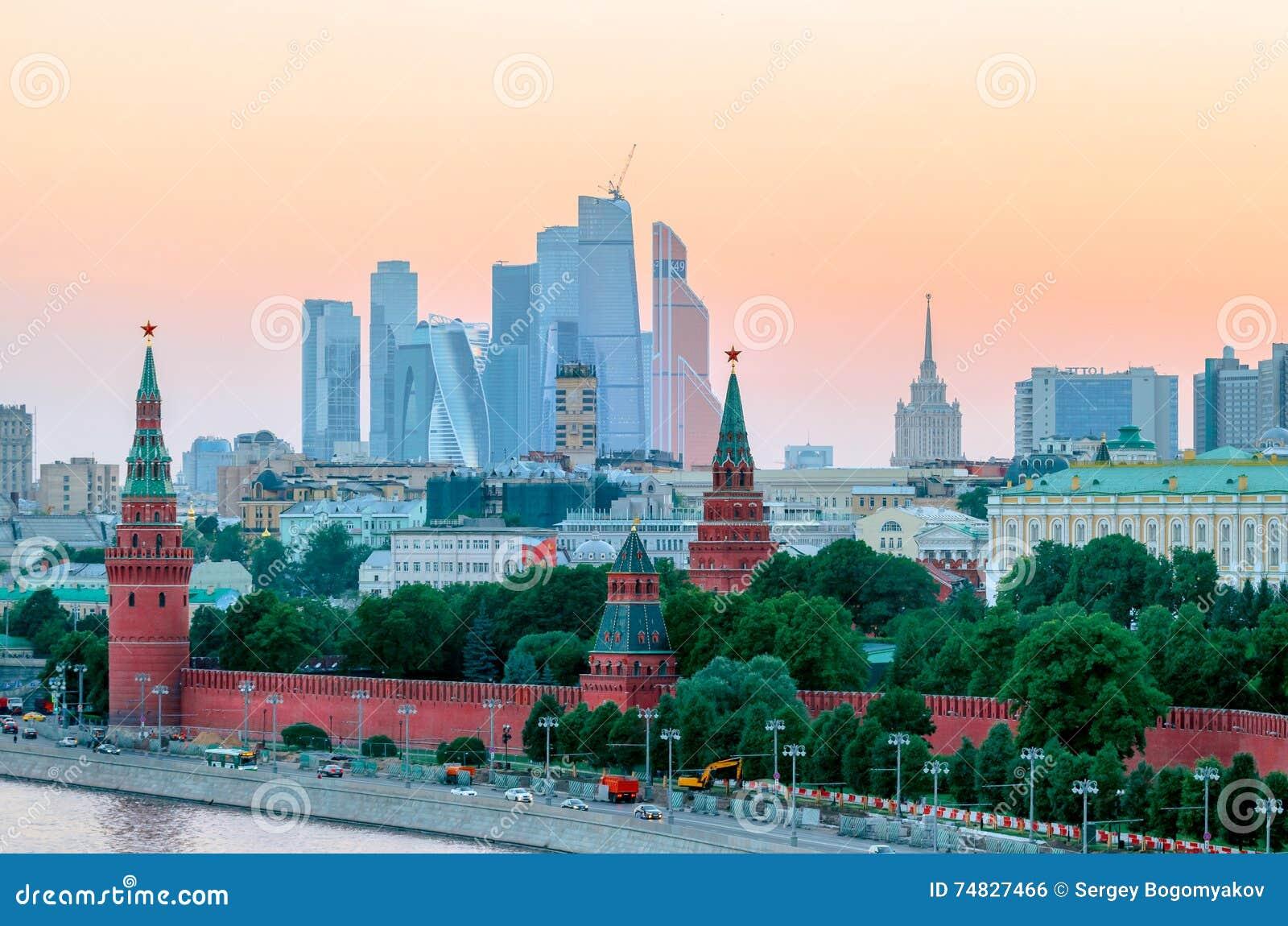 Overweldigende mening van het Kremlin in de zomer bij zonsondergang, Moskou, Rusland