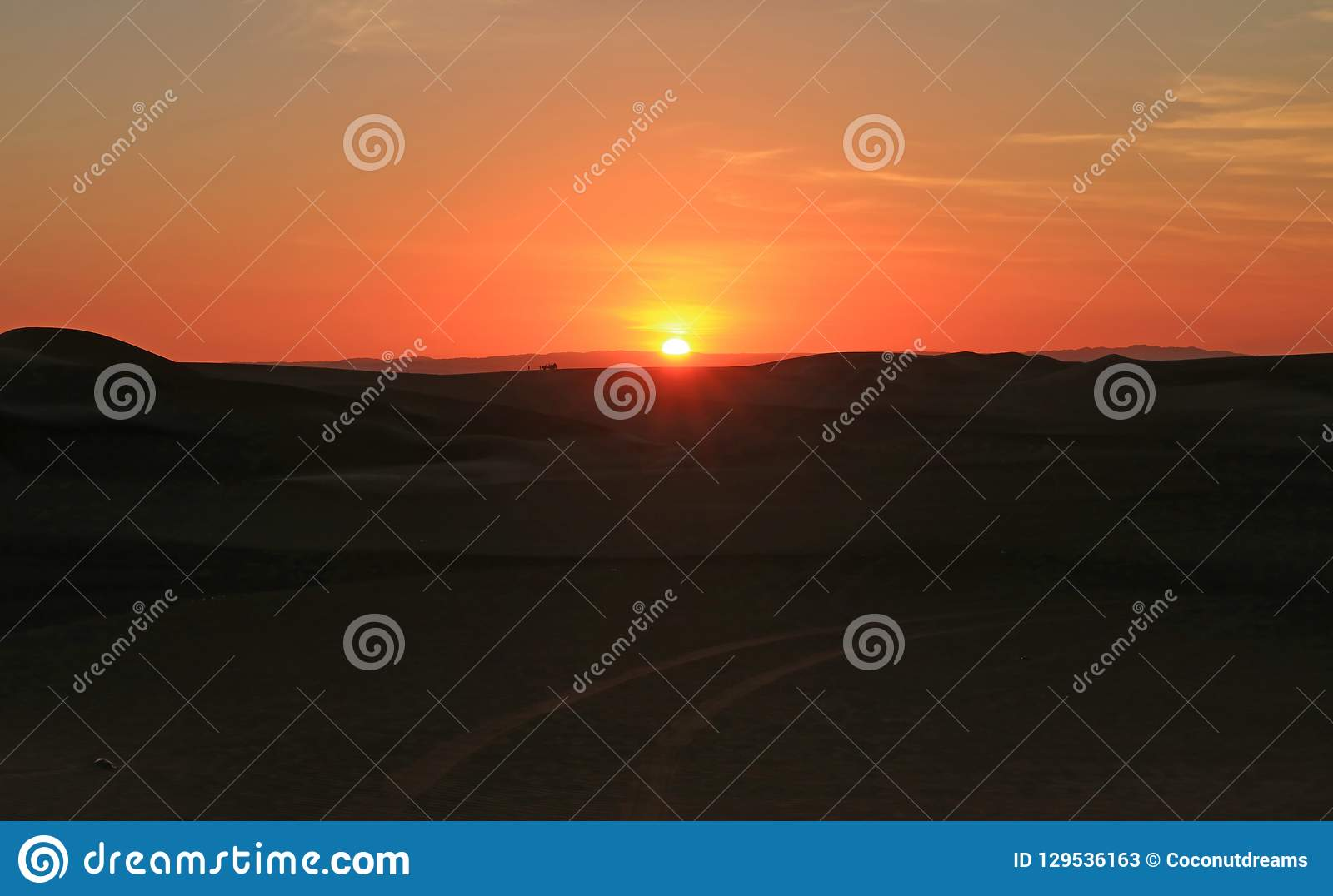 Overweldigende zonsondergang over het zandduin van Huacachina-woestijn met mensen en duin met fouten in afstand, Ica gebied, Peru