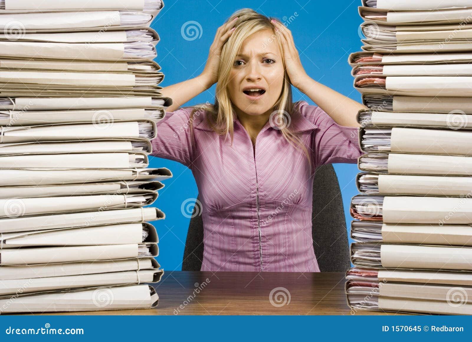 Overwerkte vrouw bij het bureau stock afbeelding for Oficina de empleo mostoles