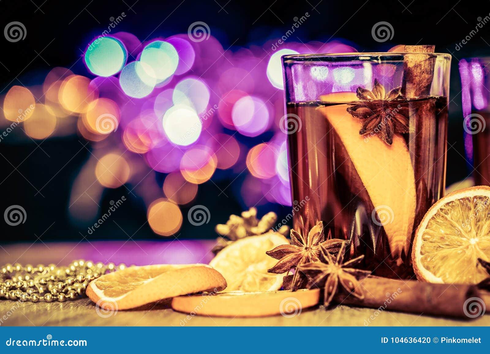 Download Overwogen Wijn In Een Nachtviering Van Nieuwjaarpartij En Delici Stock Foto - Afbeelding bestaande uit dranken, seizoen: 104636420