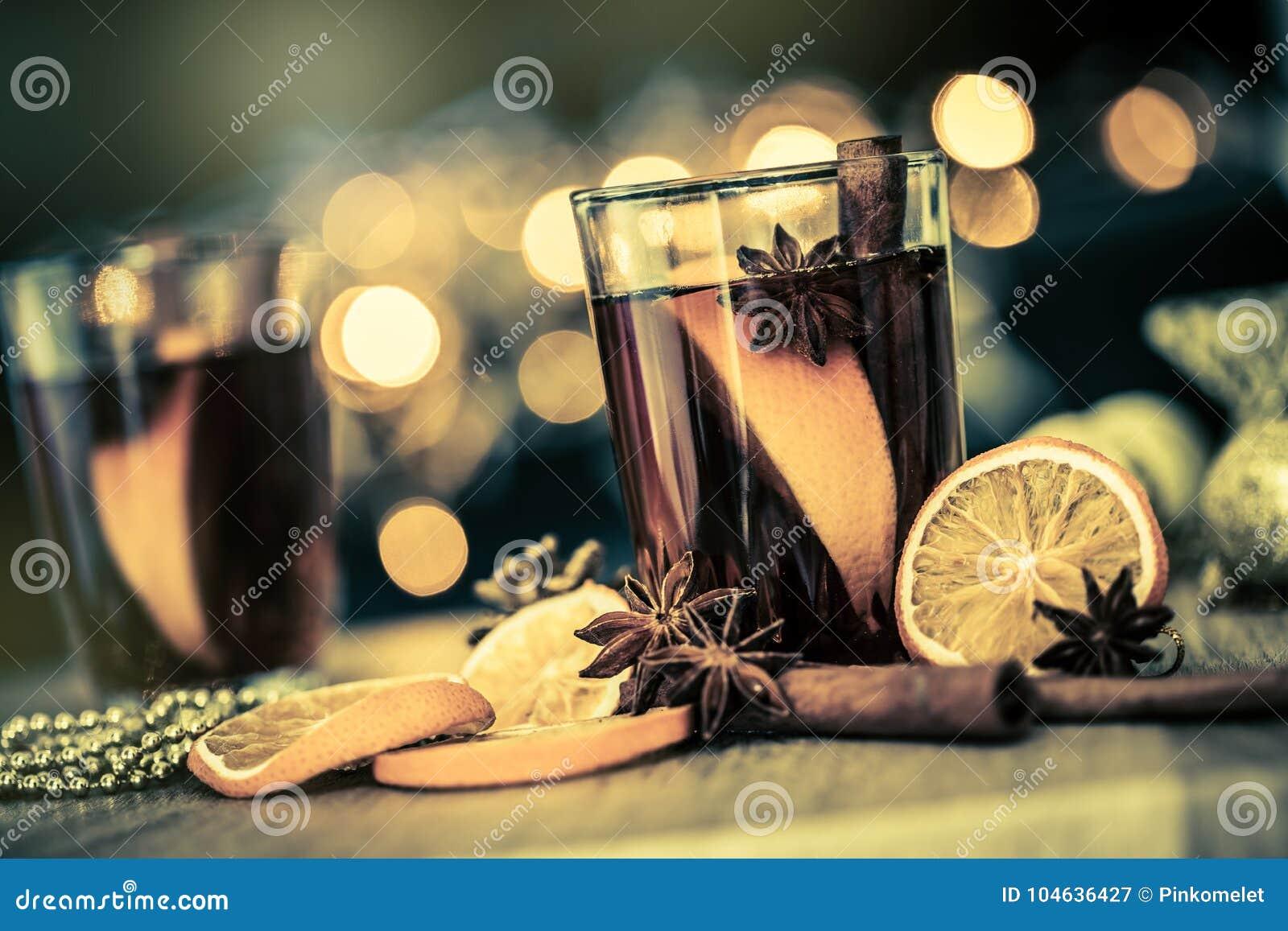 Download Overwogen Wijn In Nachtviering Van Een Een Nieuwjaarpartij En Delici Stock Afbeelding - Afbeelding bestaande uit kerstmis, helder: 104636427