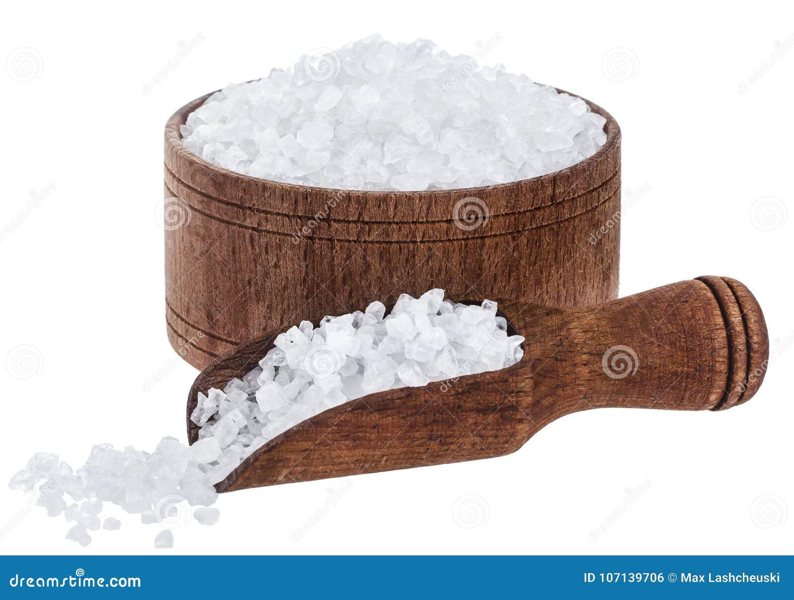 Overzees die zout op witte achtergrond wordt geïsoleerd