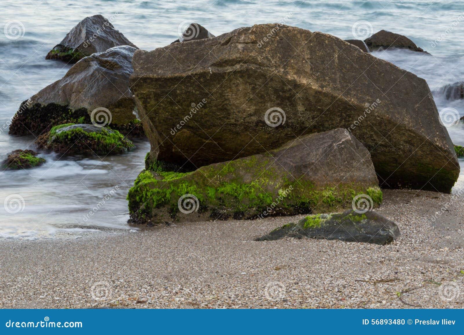 Overzees met rotsen