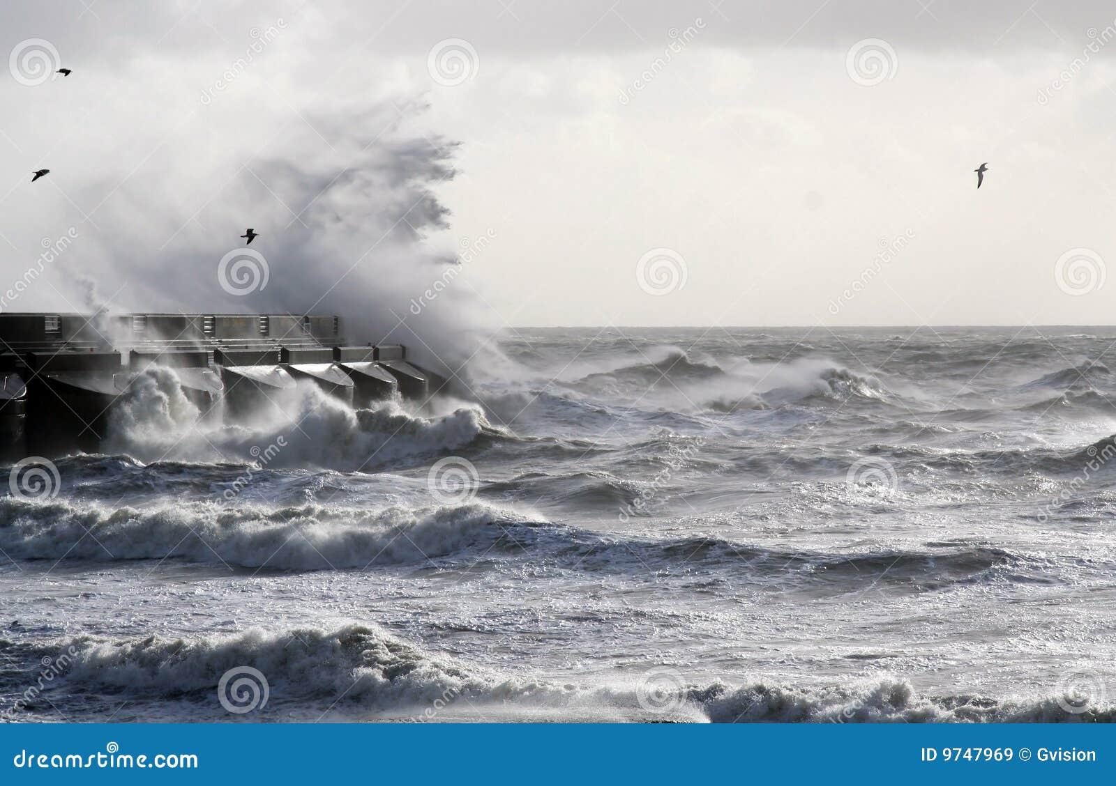 Overzees onweer