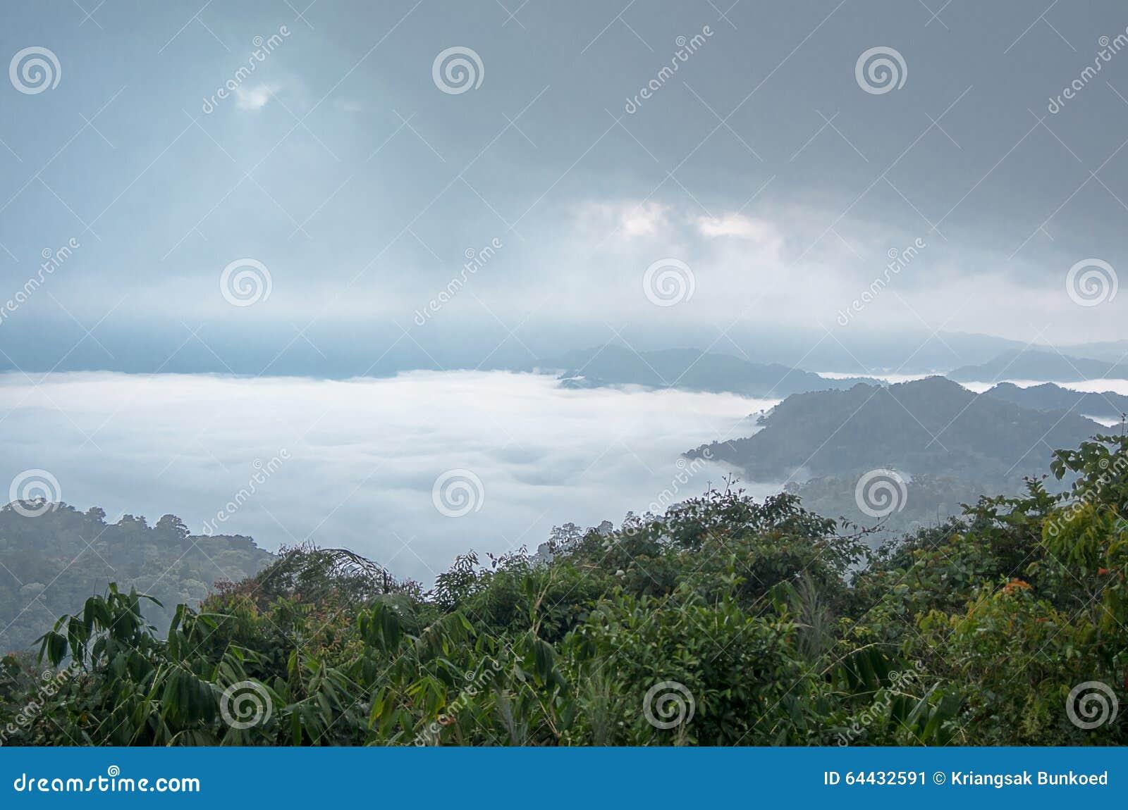 Overzees van mist op de berg De achtergrond van het onduidelijke beeld