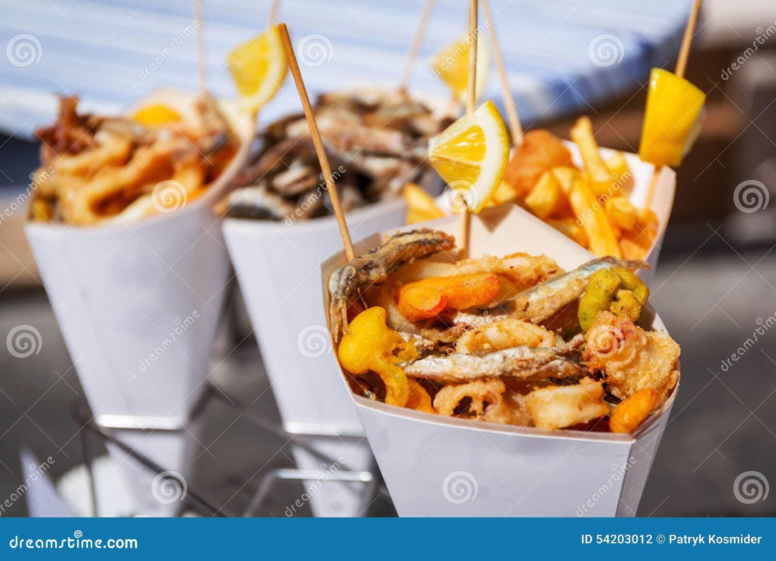Overzees voedsel in kegels op de straat